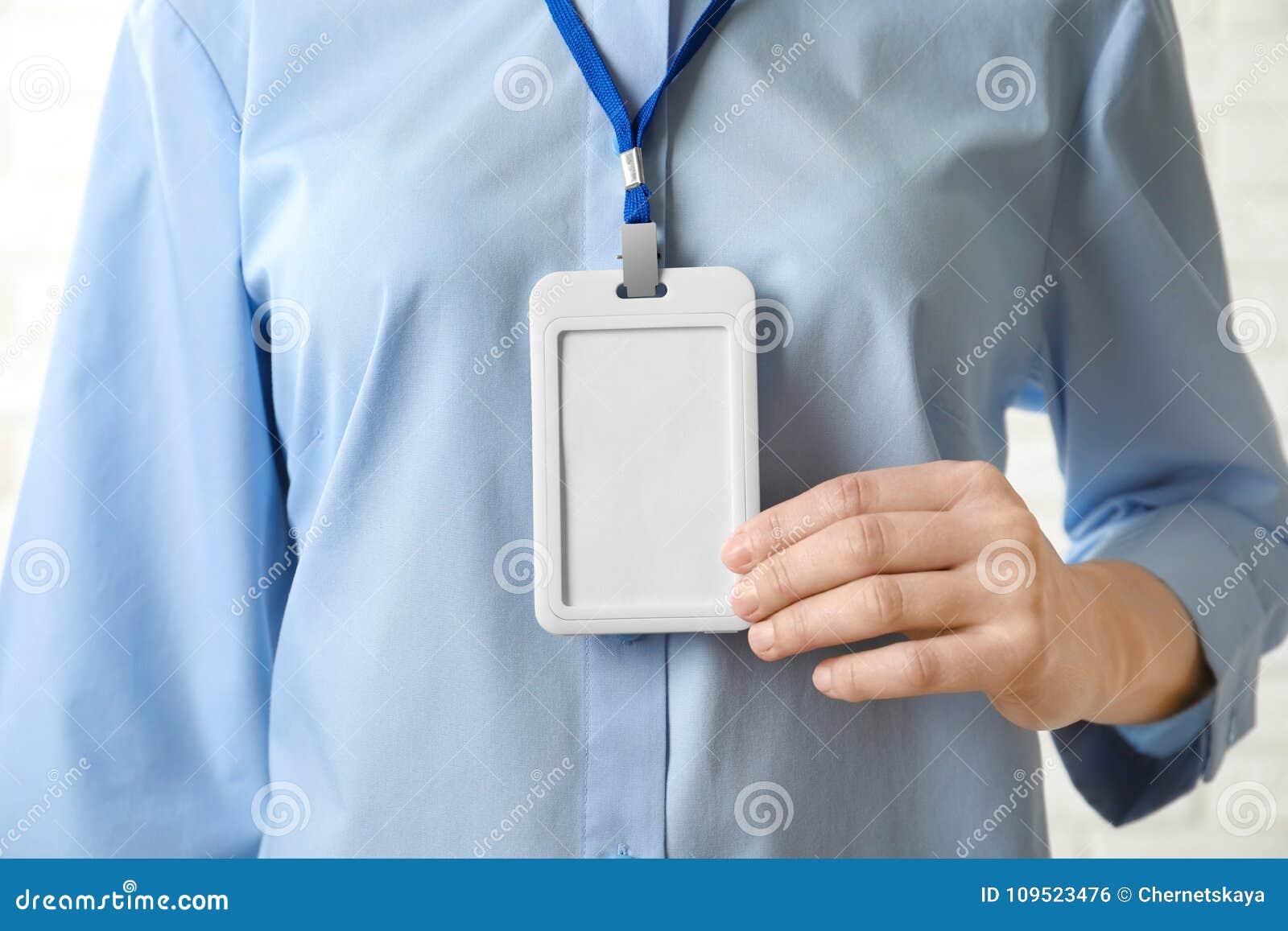 Mujer con la insignia en blanco, primer