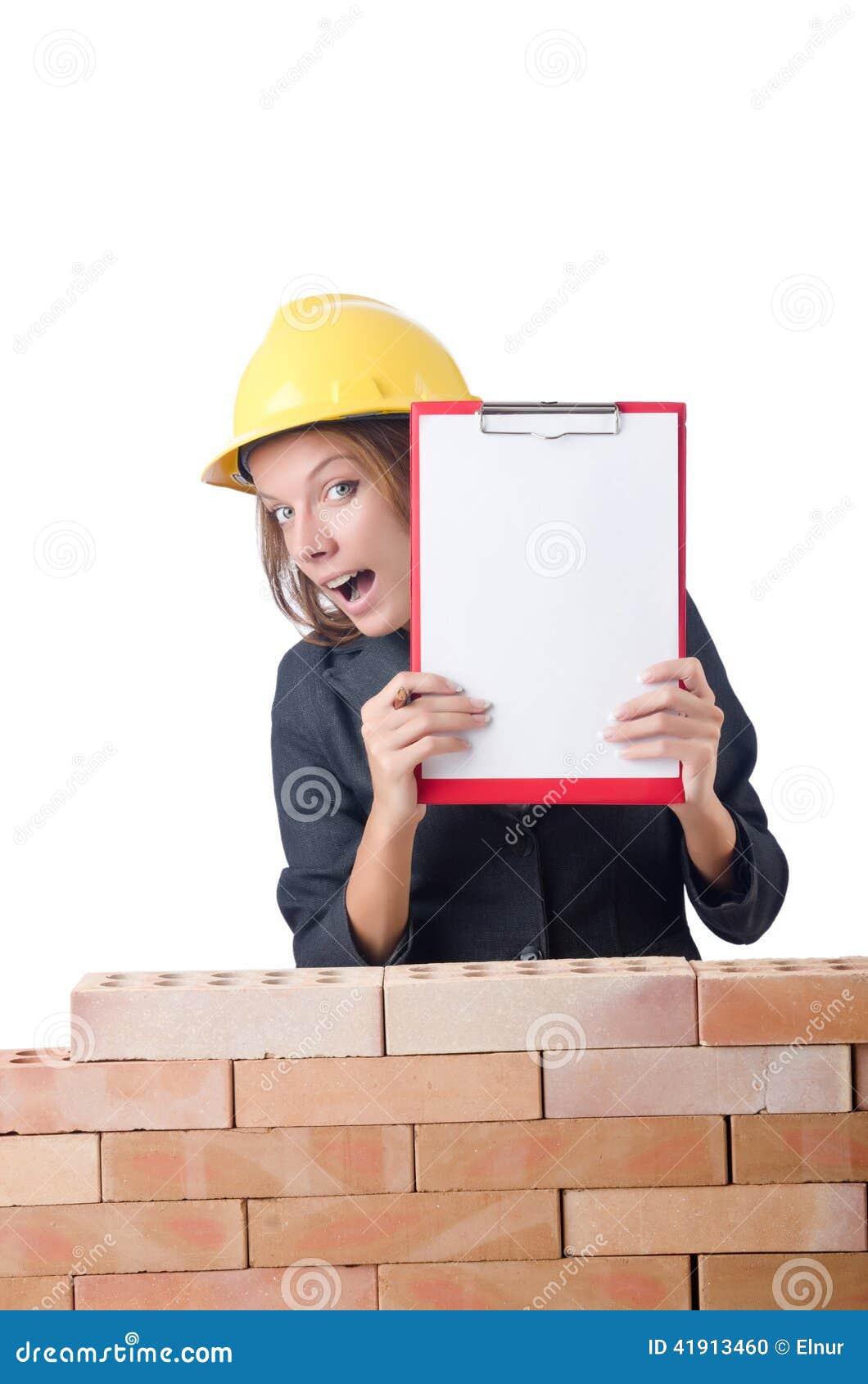 Mujer con la libreta en ladrillo