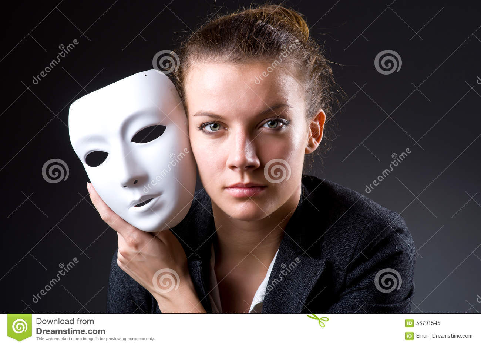 Mujer con la máscara en concepto de la hipocresía