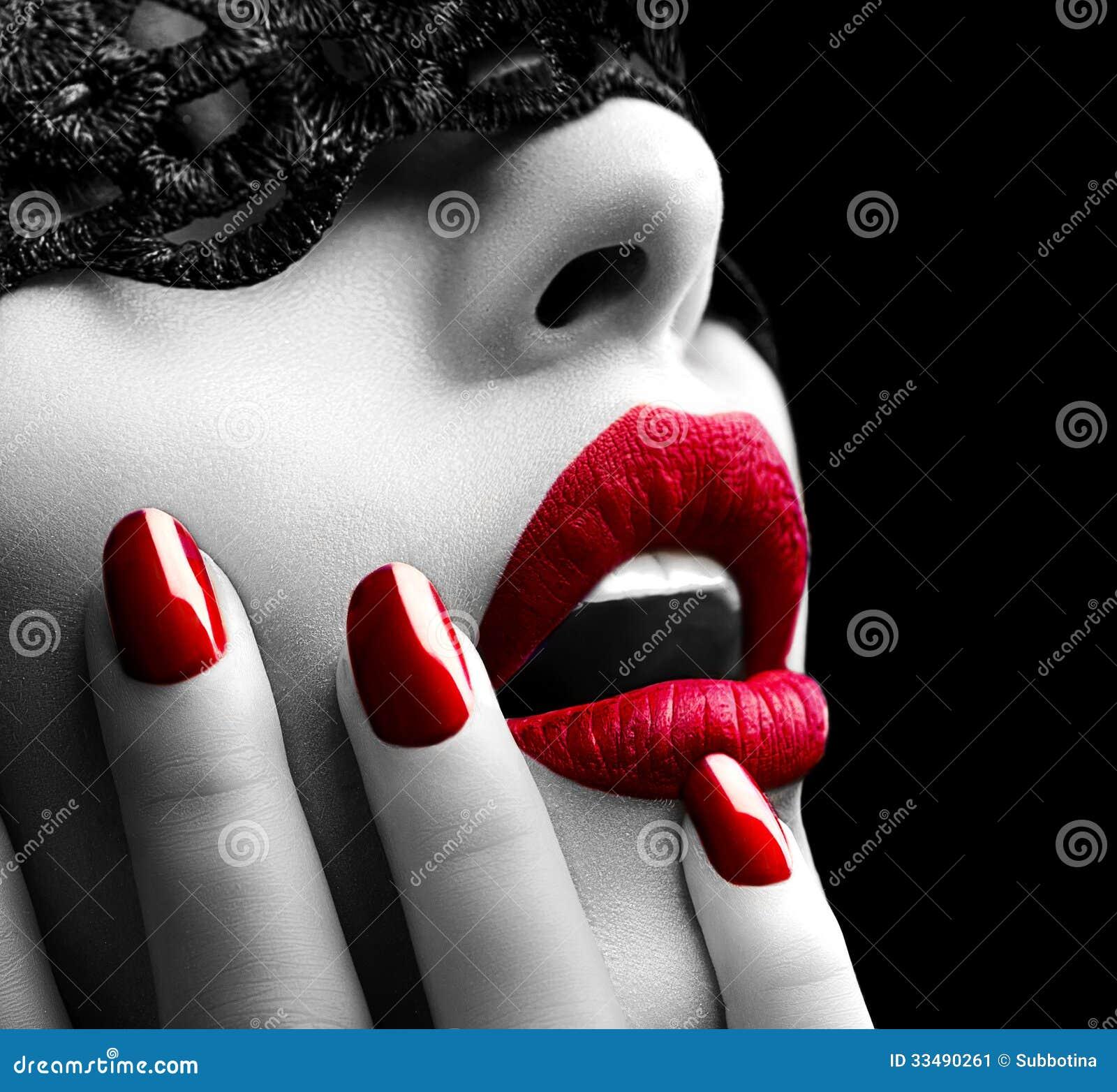 Mujer con la máscara negra del cordón