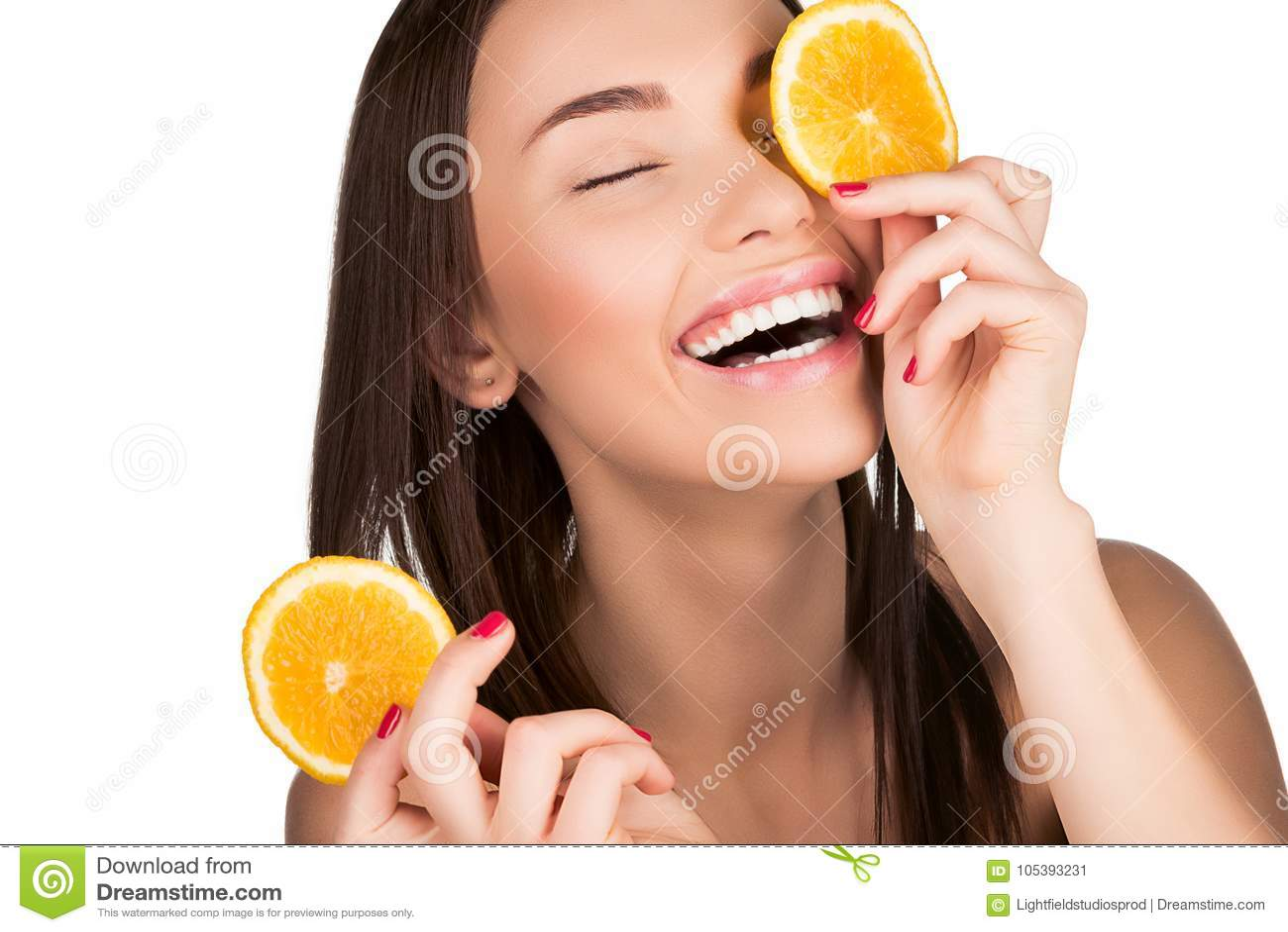 Mujer con la naranja cortada