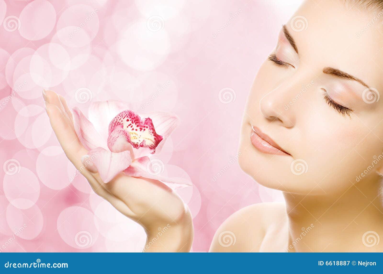 Mujer con la orquídea rosada