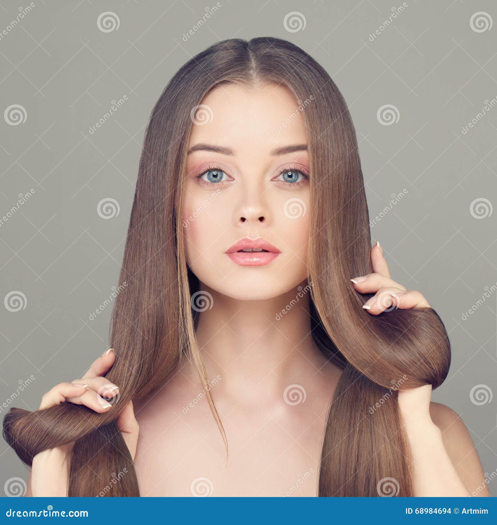 Mujer con la piel clara y el pelo sano largo