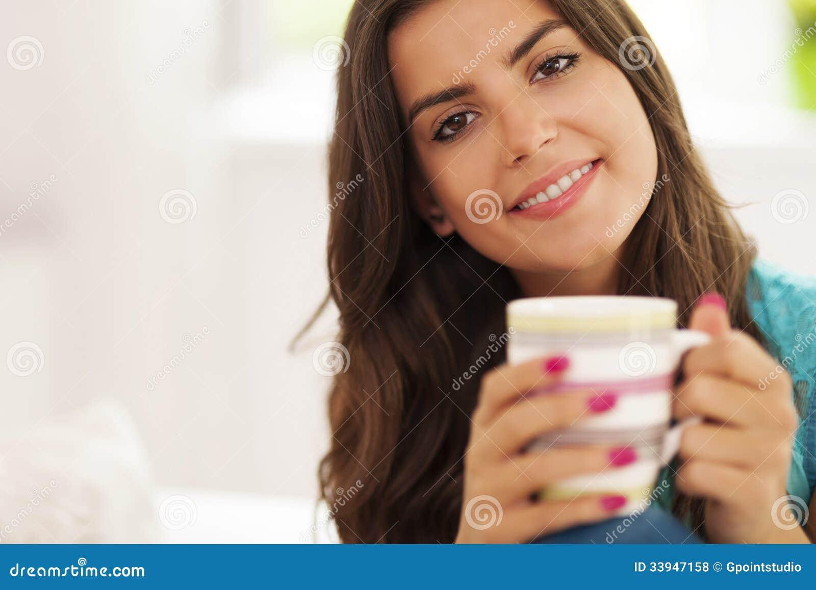 Mujer con la taza de café