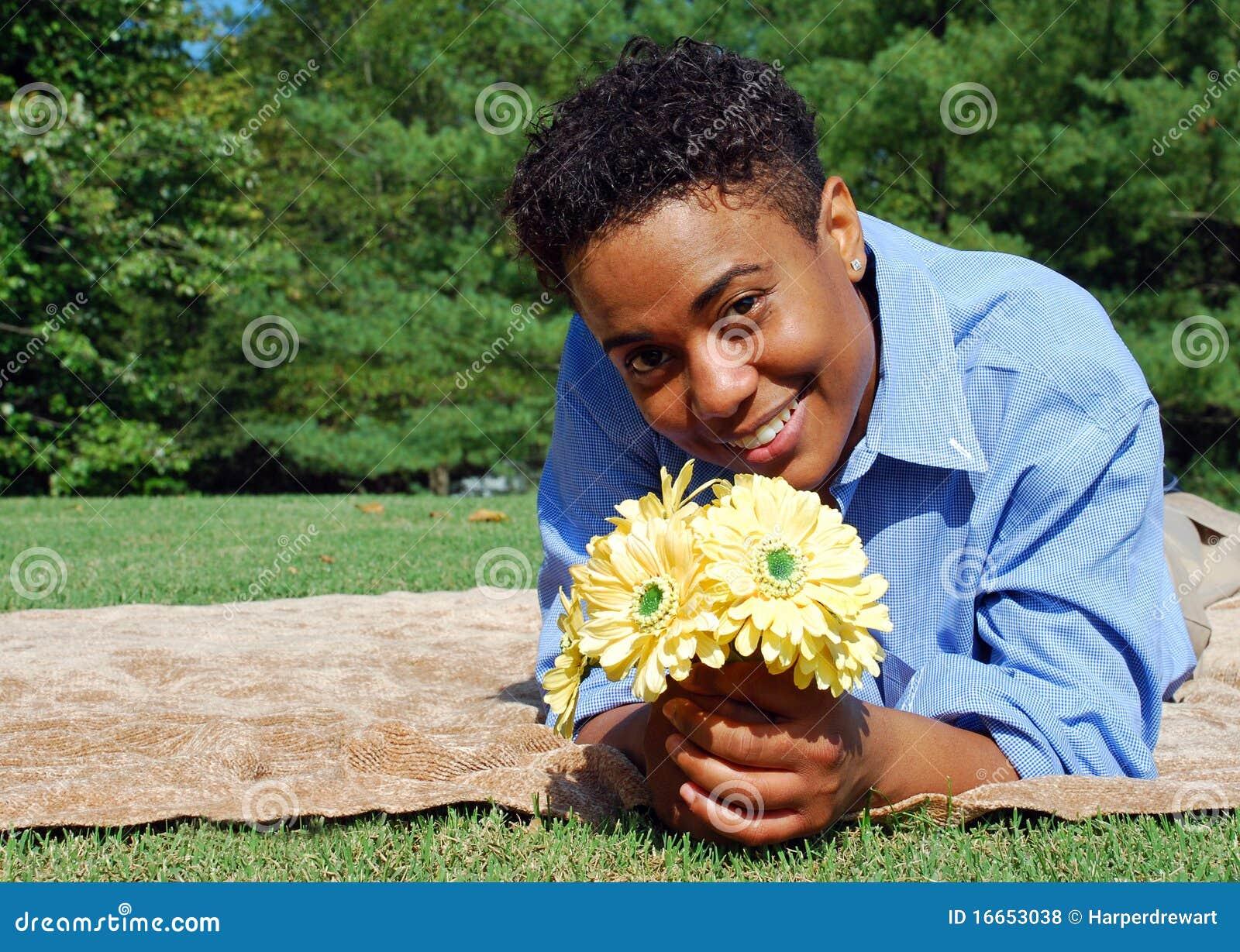 Mujer con las flores 2 del amarillo