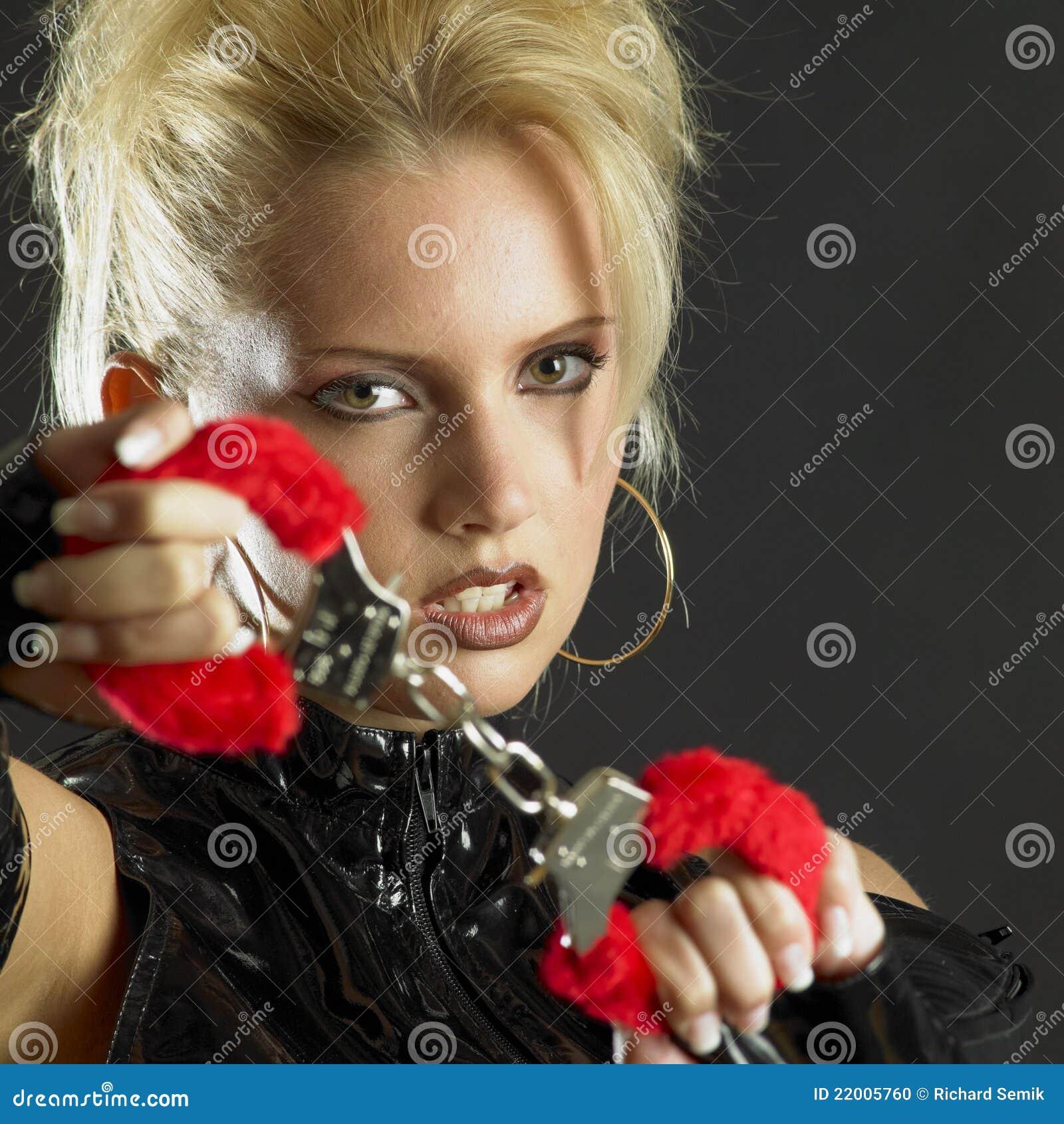 Mujer con las manillas