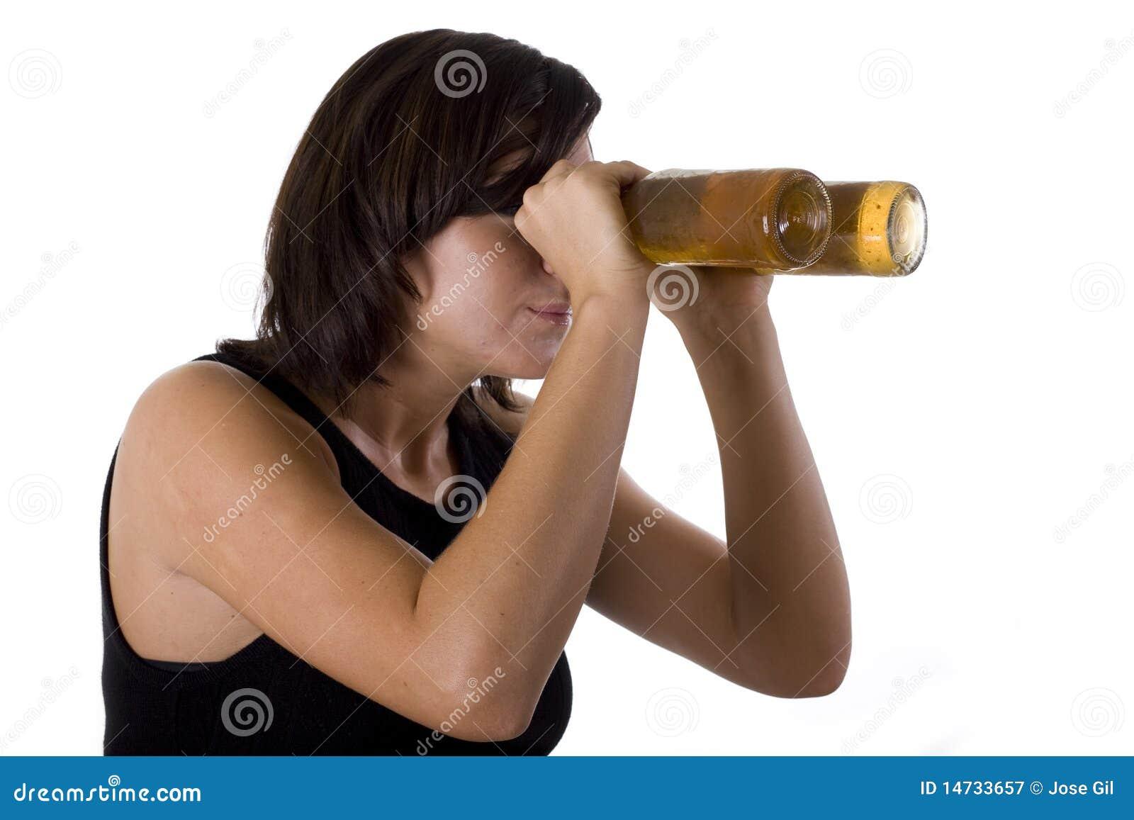 Mujer con los anteojos de la cerveza