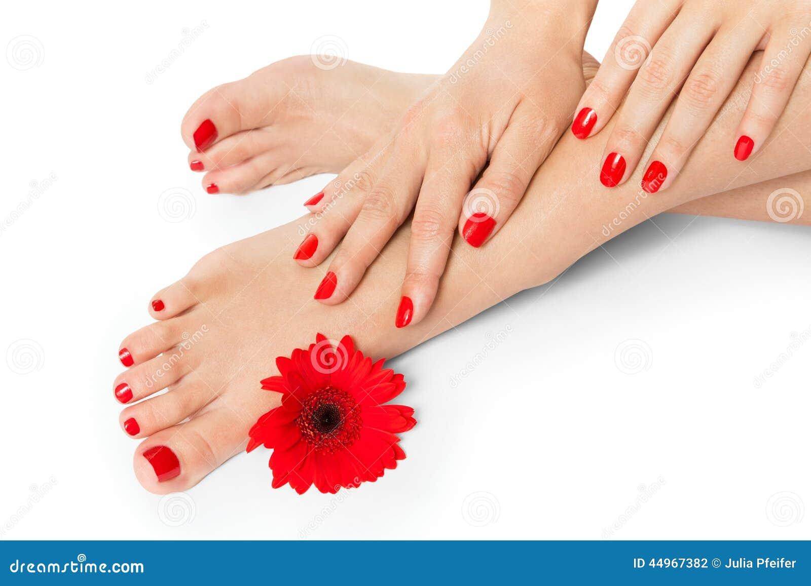 Mujer con los clavos manicured rojo hermoso