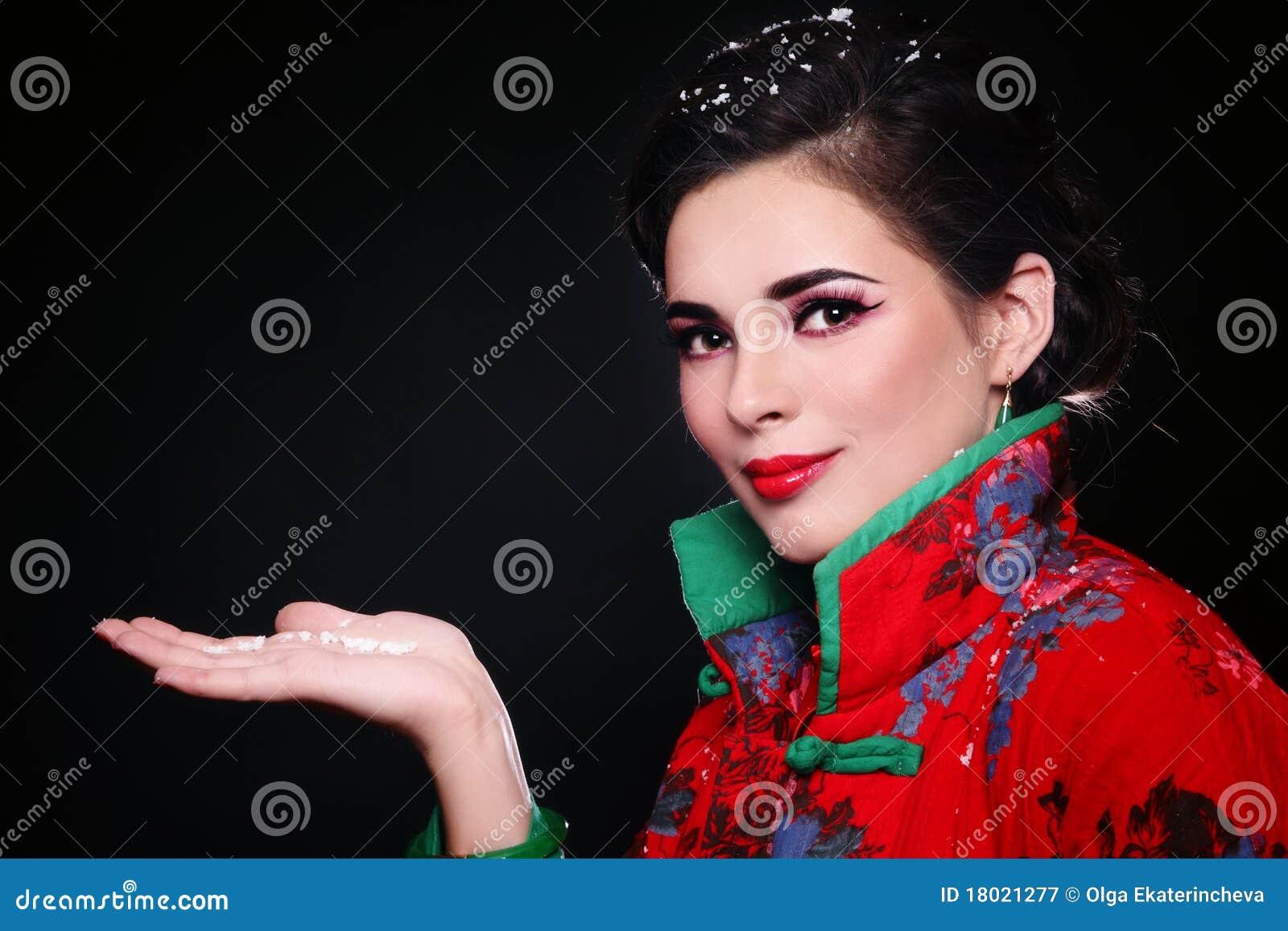 Mujer con los copos de nieve