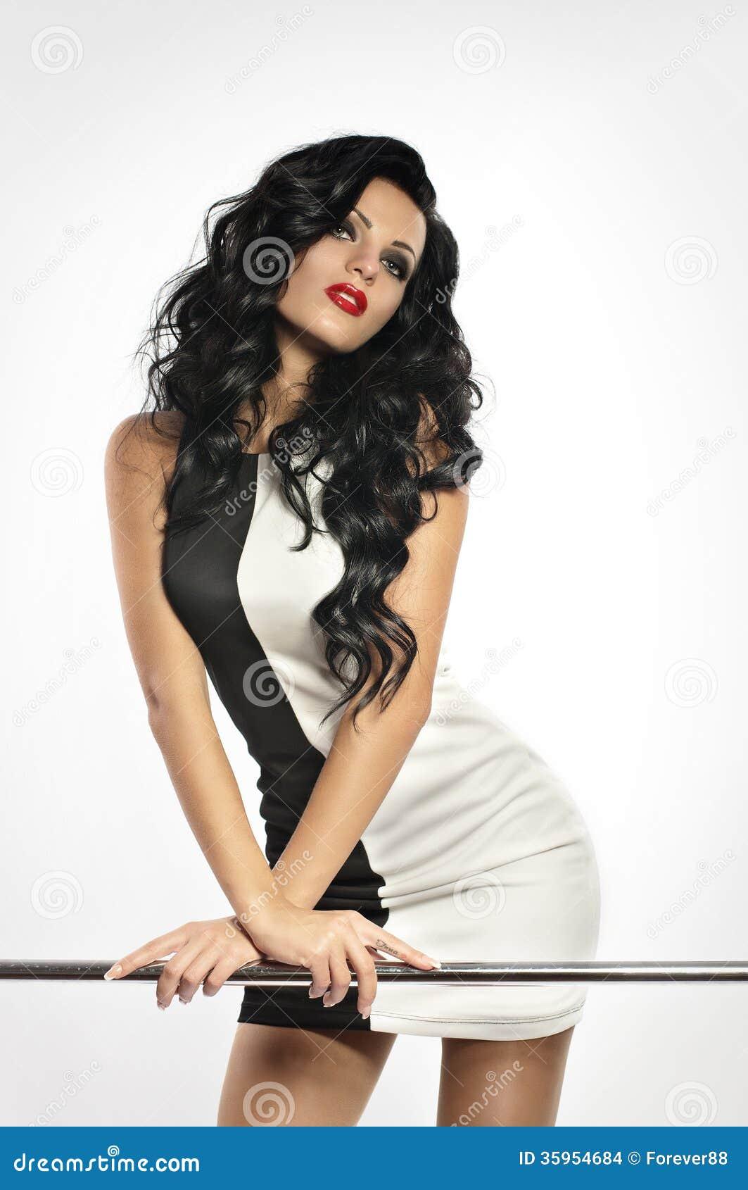 Mujer con maquillaje en ropa de la moda