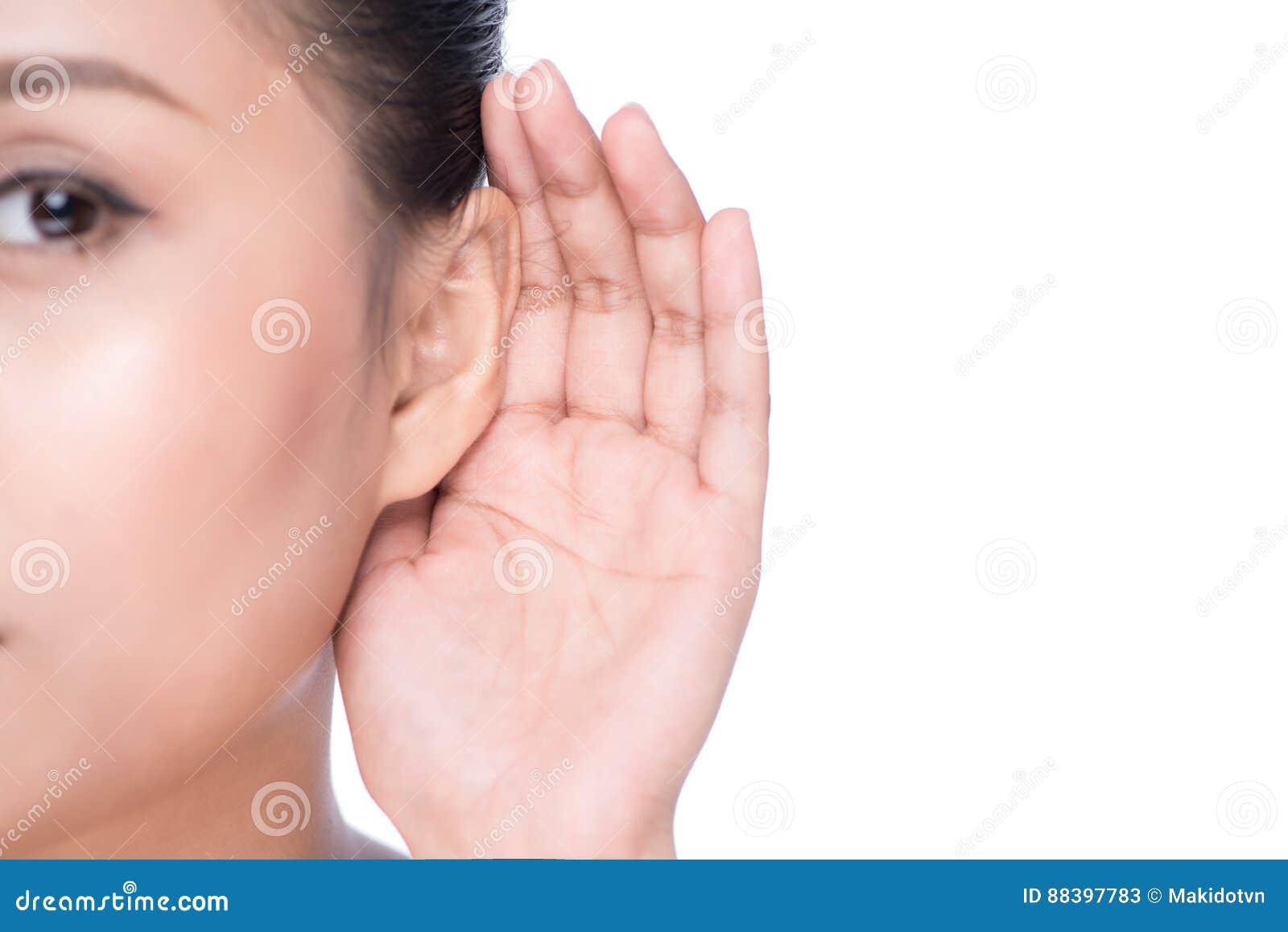 Mujer con pérdida de oído o duro de la audiencia
