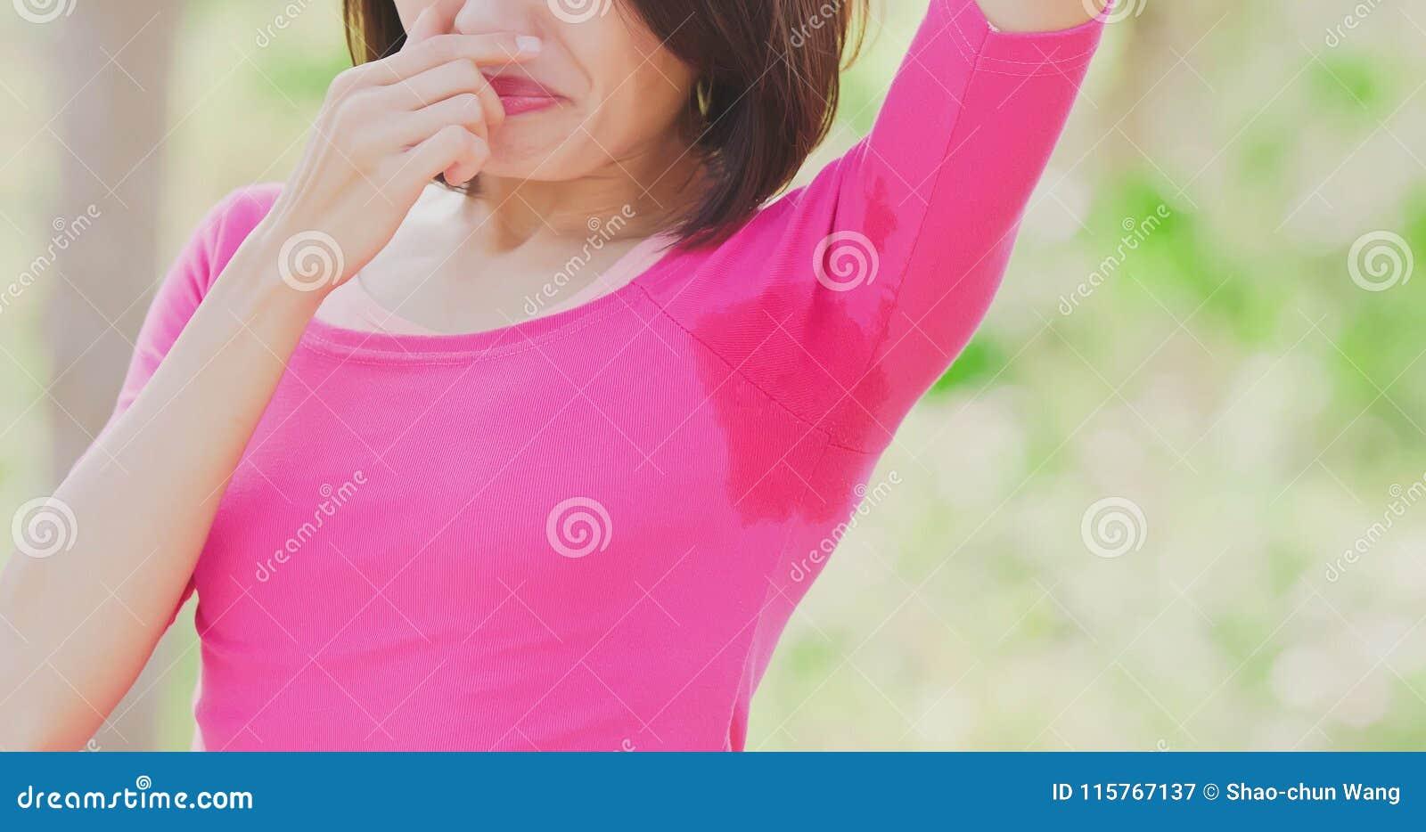 Mujer con problema del olor corporal