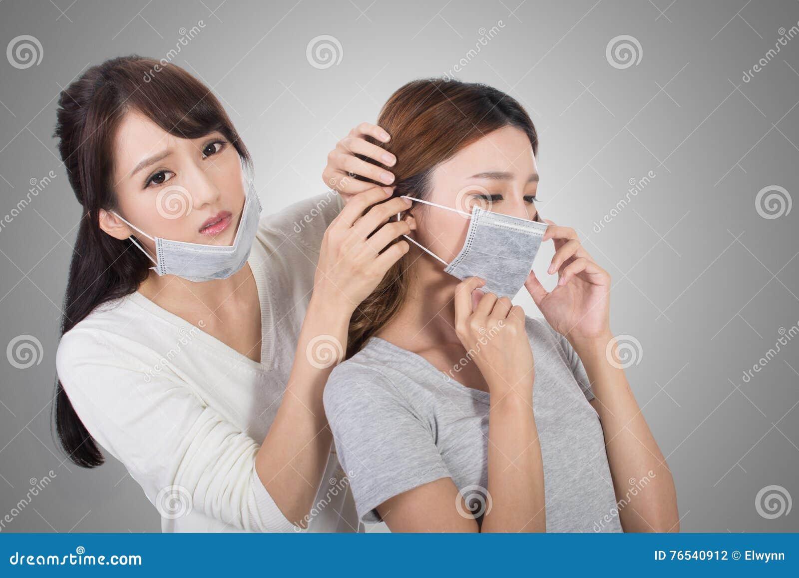 Mujer con sus amigos con la máscara