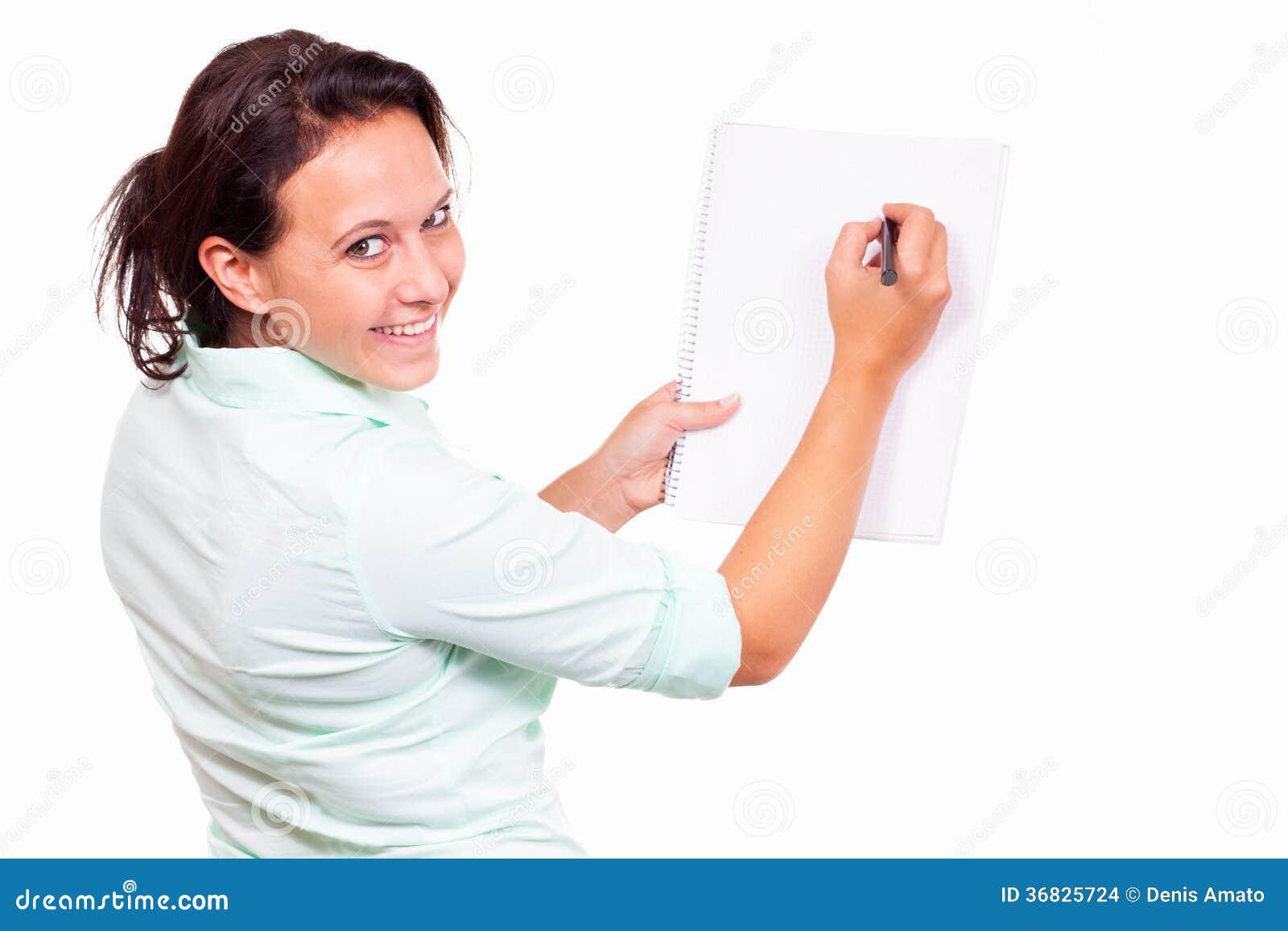 Mujer con un cojín de escritura