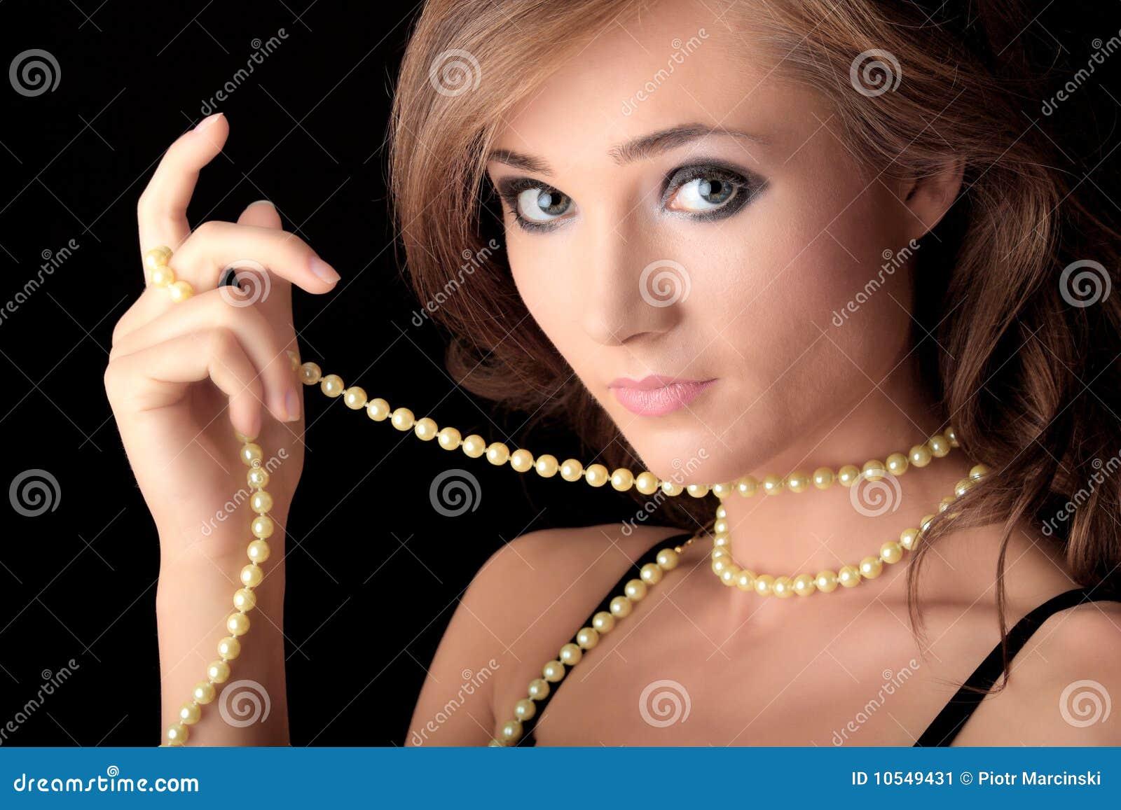 La extica belleza Miko Sinz follando luce un collar de perlas