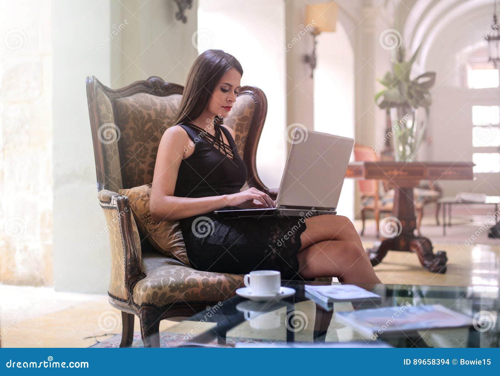 Mujer con un ordenador portátil