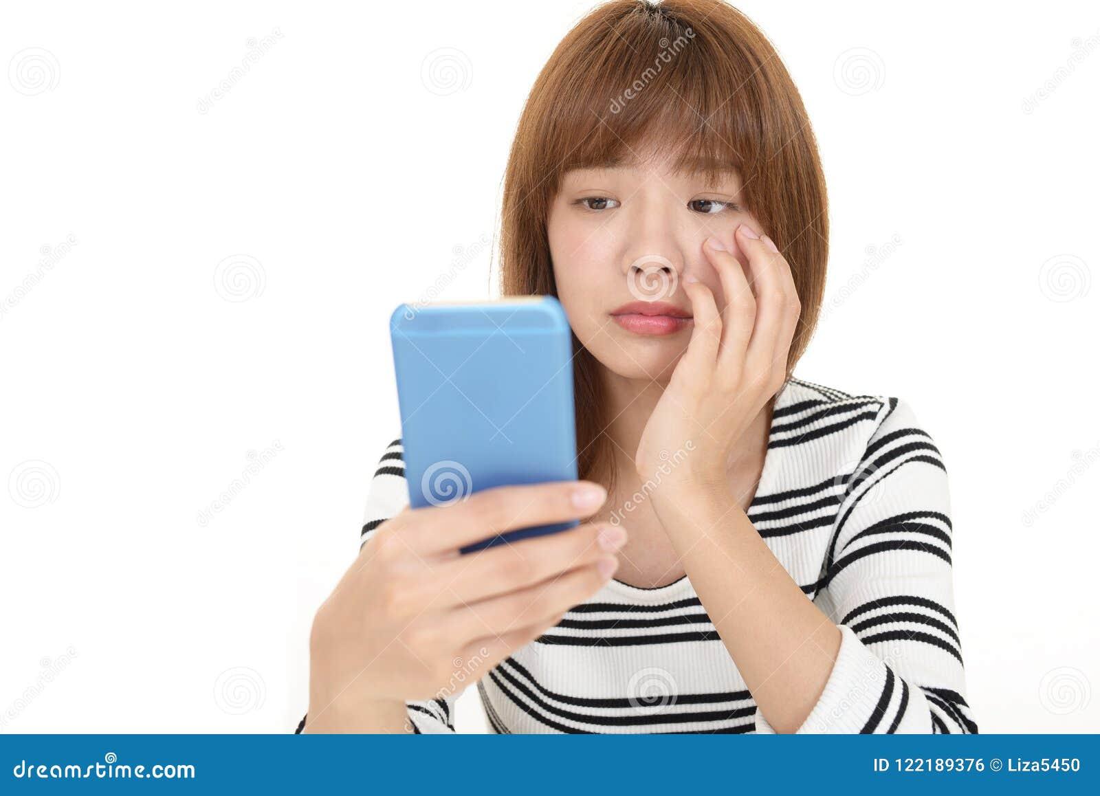 Mujer con un teléfono elegante