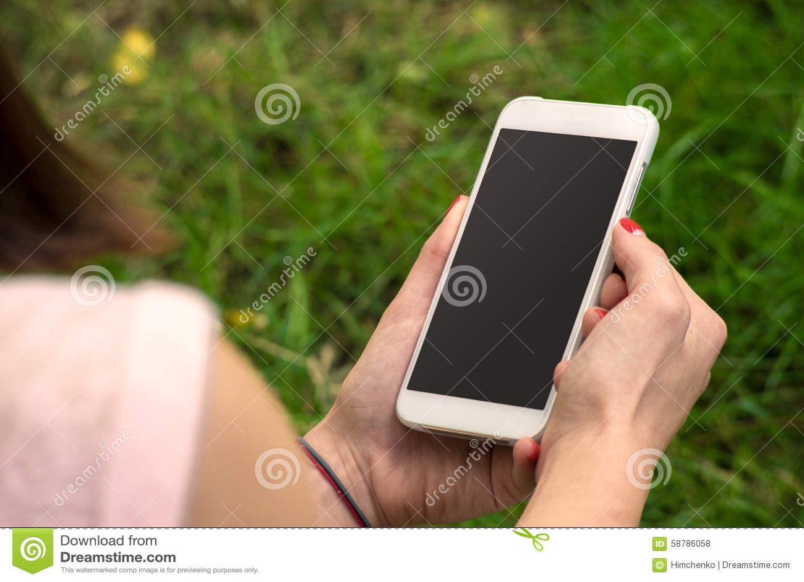 Mujer con un teléfono en su mano