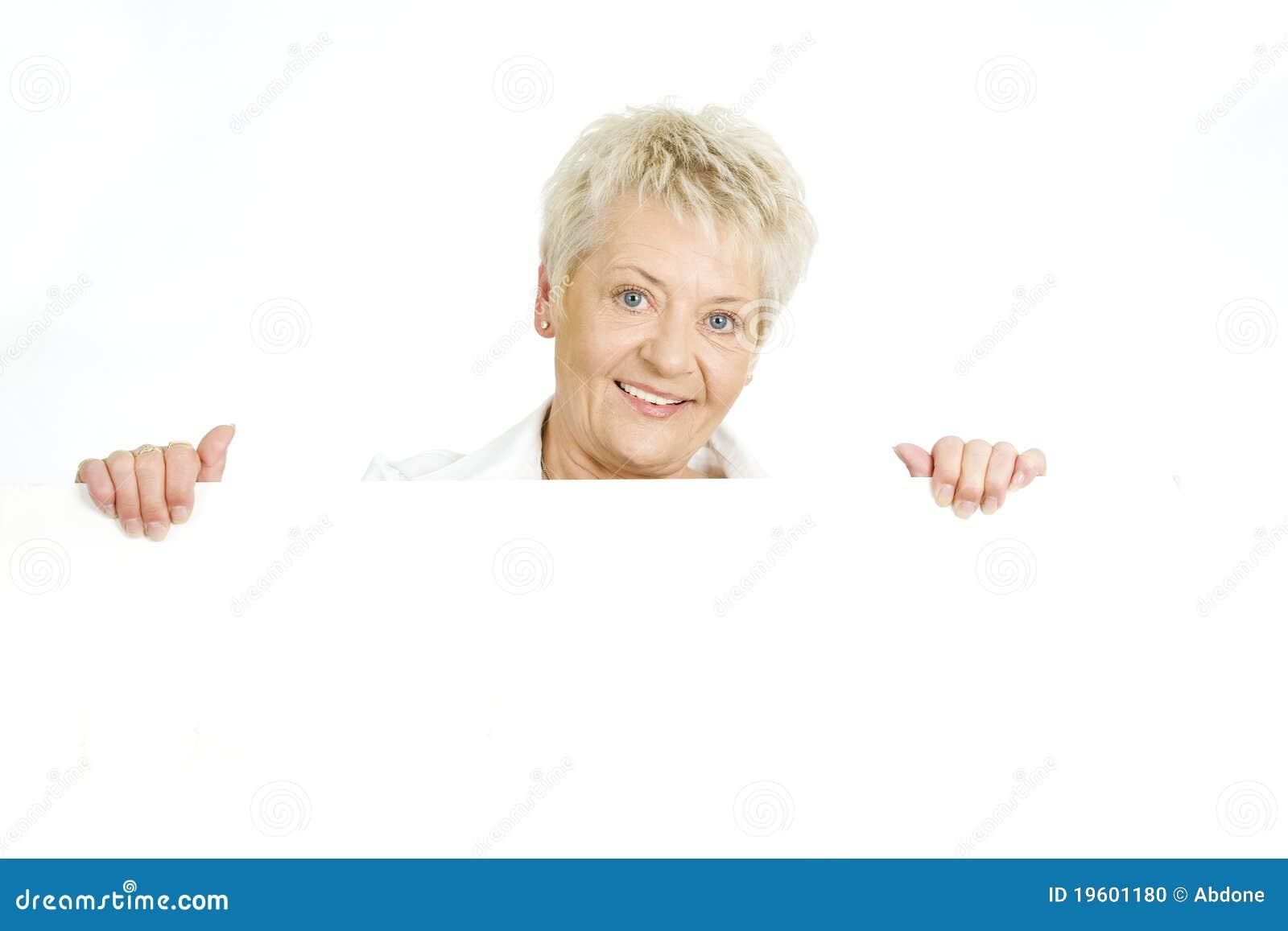 Mujer con una cartelera