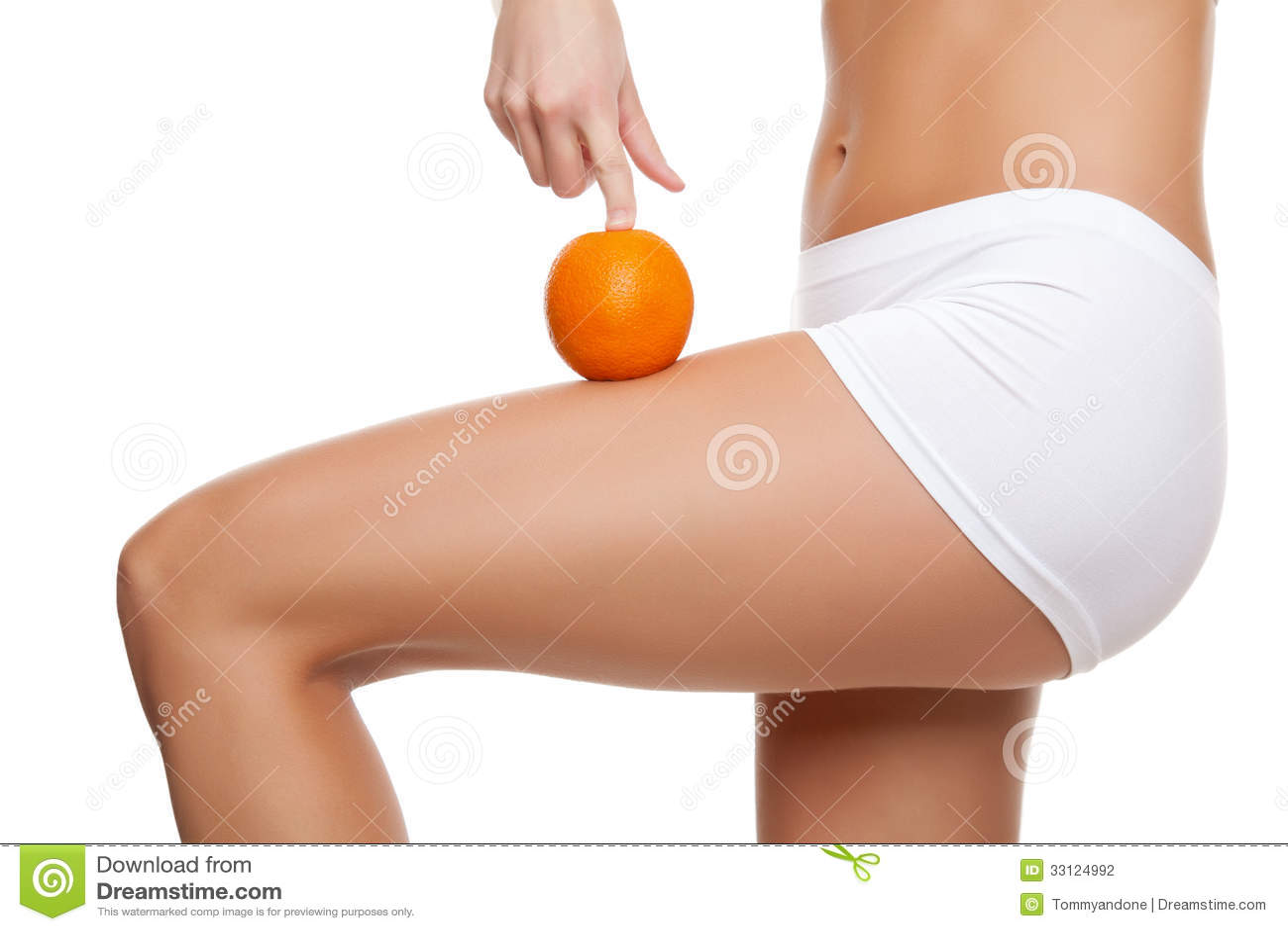 Mujer con una naranja que muestra una piel perfecta