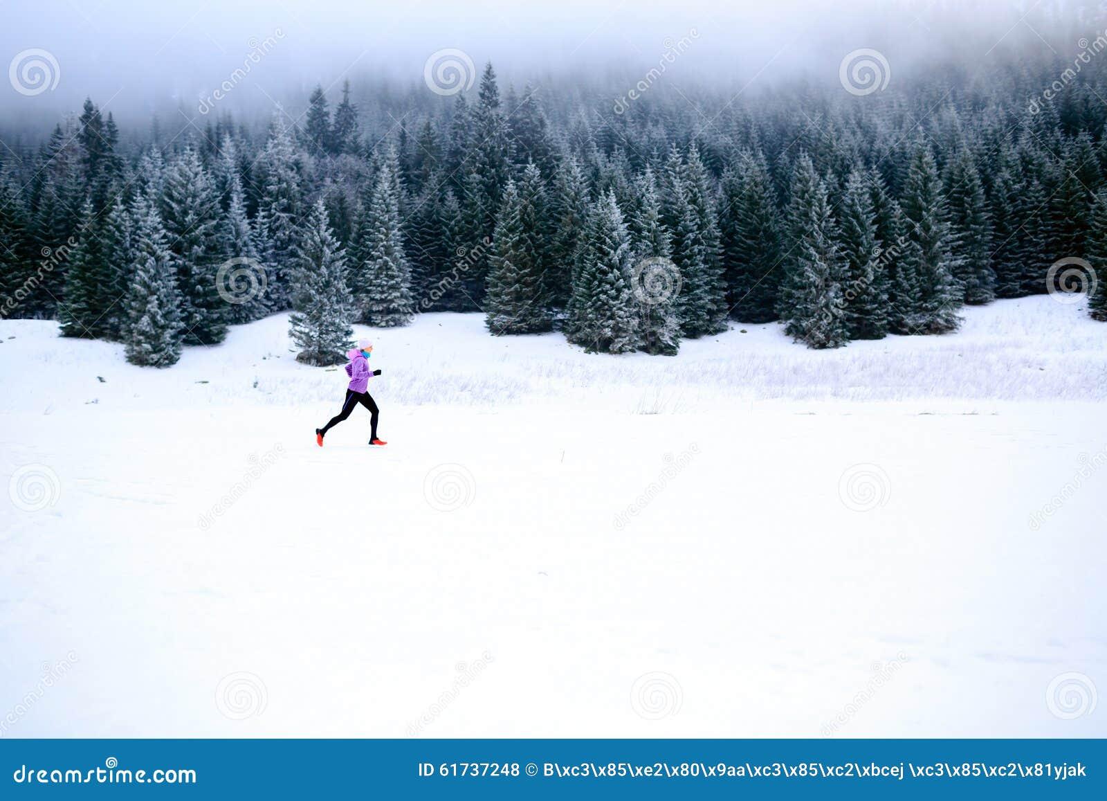 Mujer corriente del invierno, inspiración que activa y motivación
