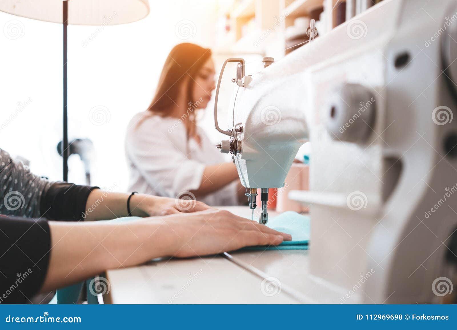 a770f8a5d Mujeres creativas de la modista que trabajan con el paño en la máquina de  coser Costurera dos en la oficina del diseño que hace nuevo concepto de la  ropa ...