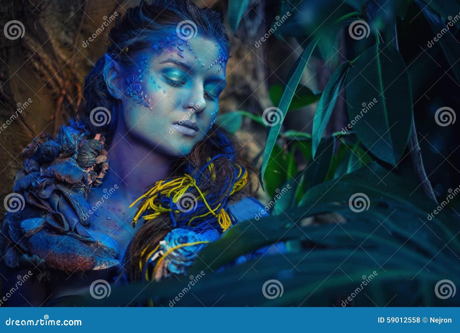 Mujer de Avatar en un bosque