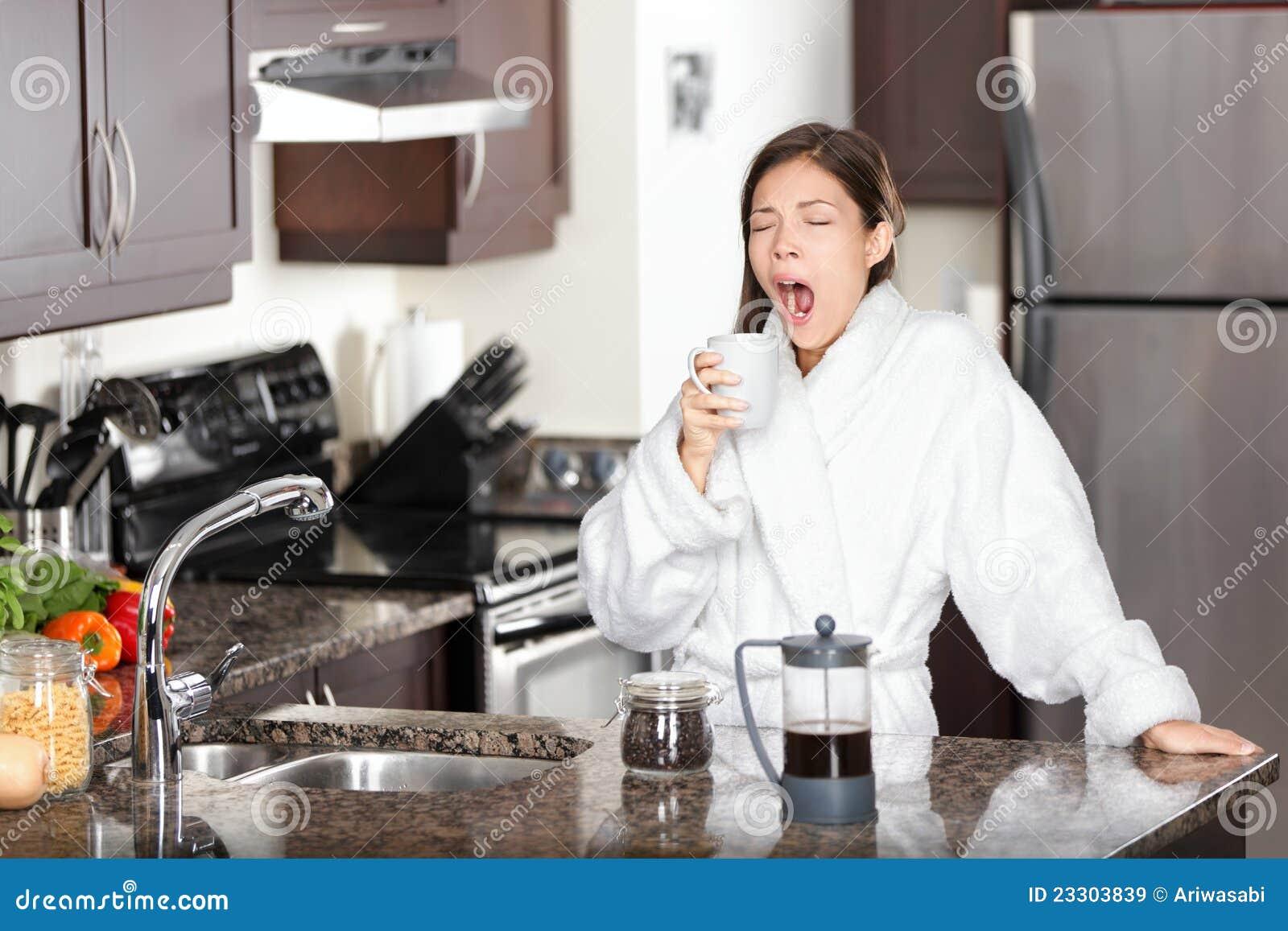 Mujer de bostezo del café por mañana