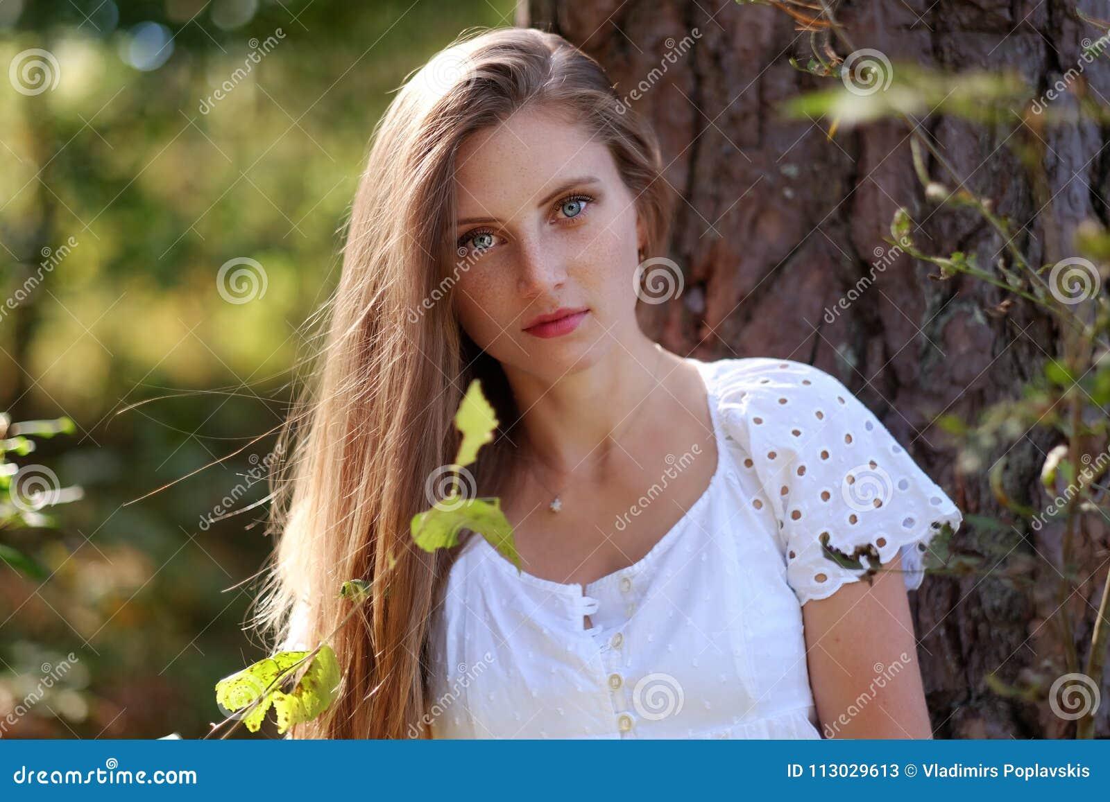 Mujer de Frackled en un bosque