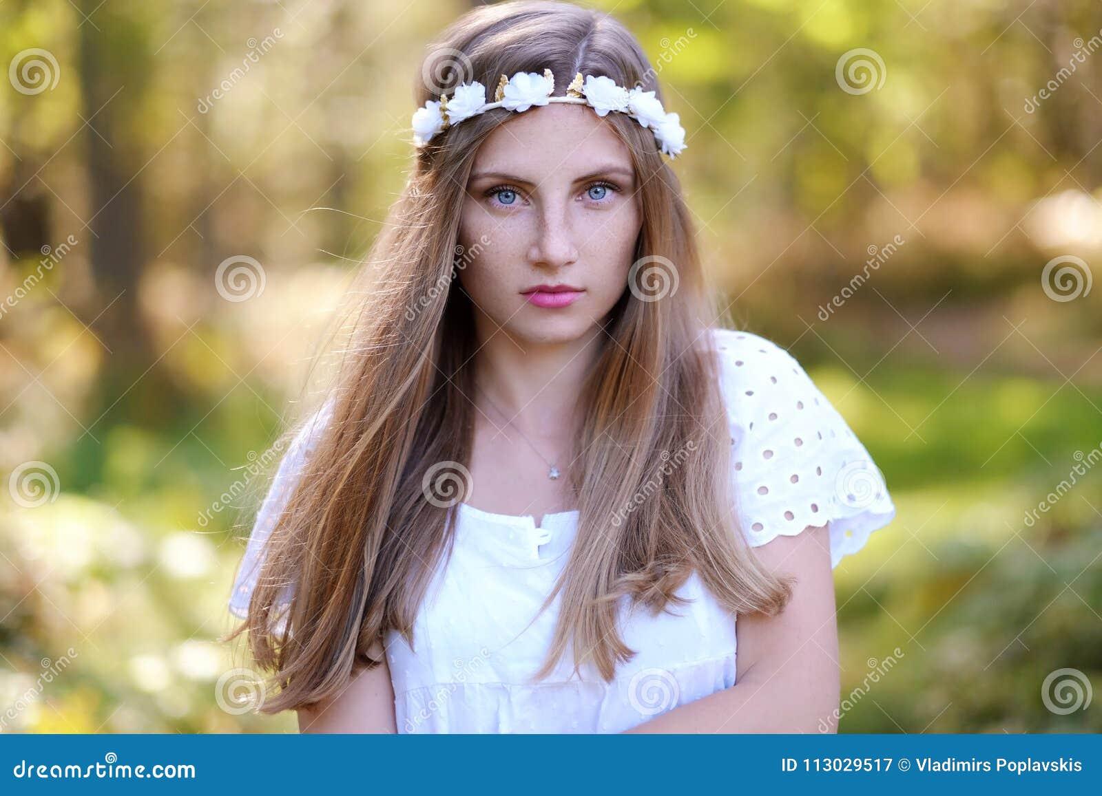 Mujer de Frekcled con el anillo de la flor en su cabeza