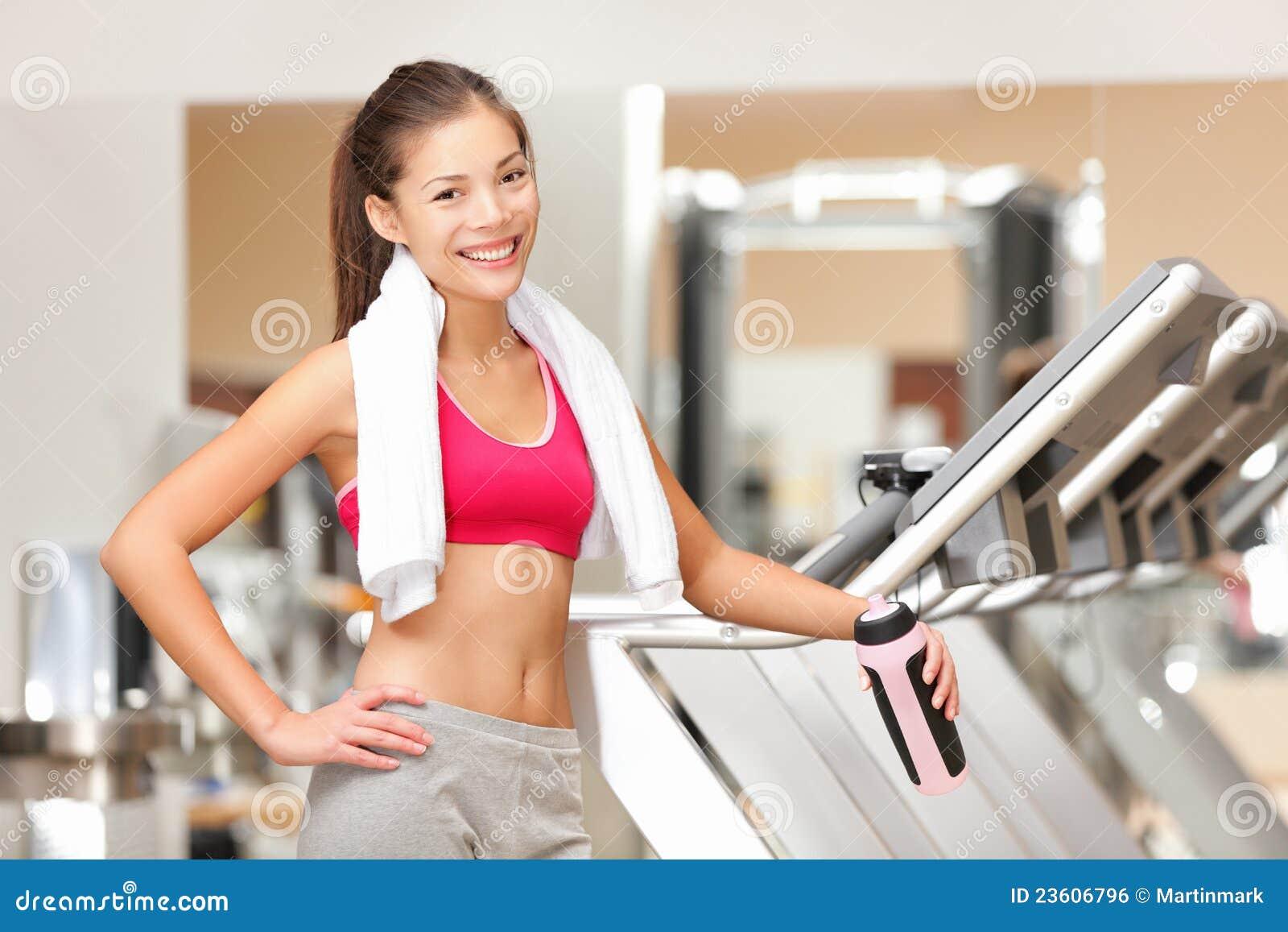 Mujer de la aptitud en gimnasia