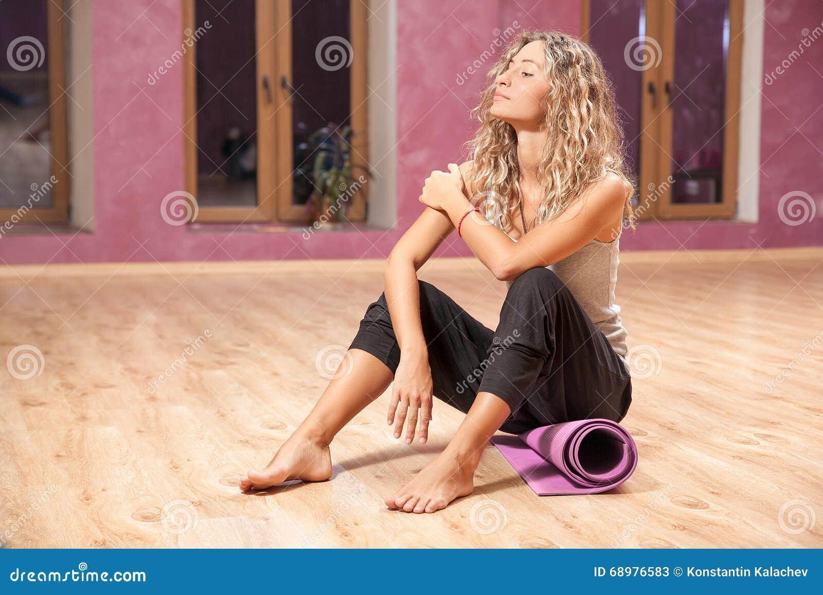 Mujer de la aptitud que descansa después de ejercicios