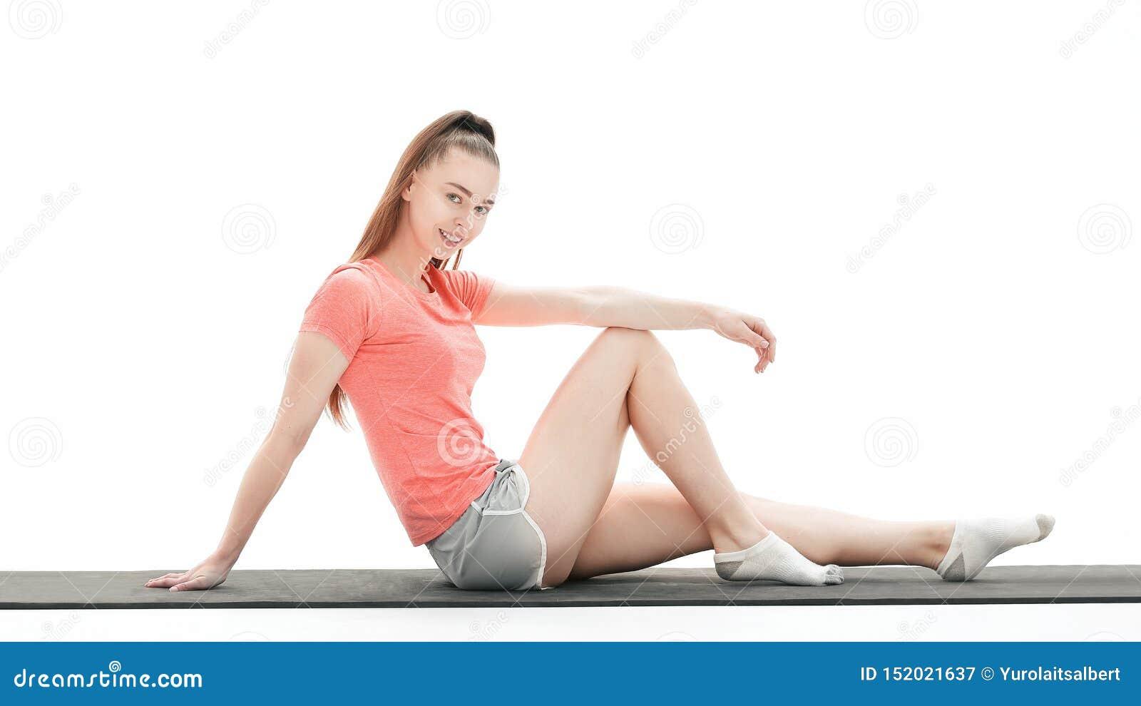 Mujer de la aptitud que hace ejercicio para fortalecer los m?sculos abdominales