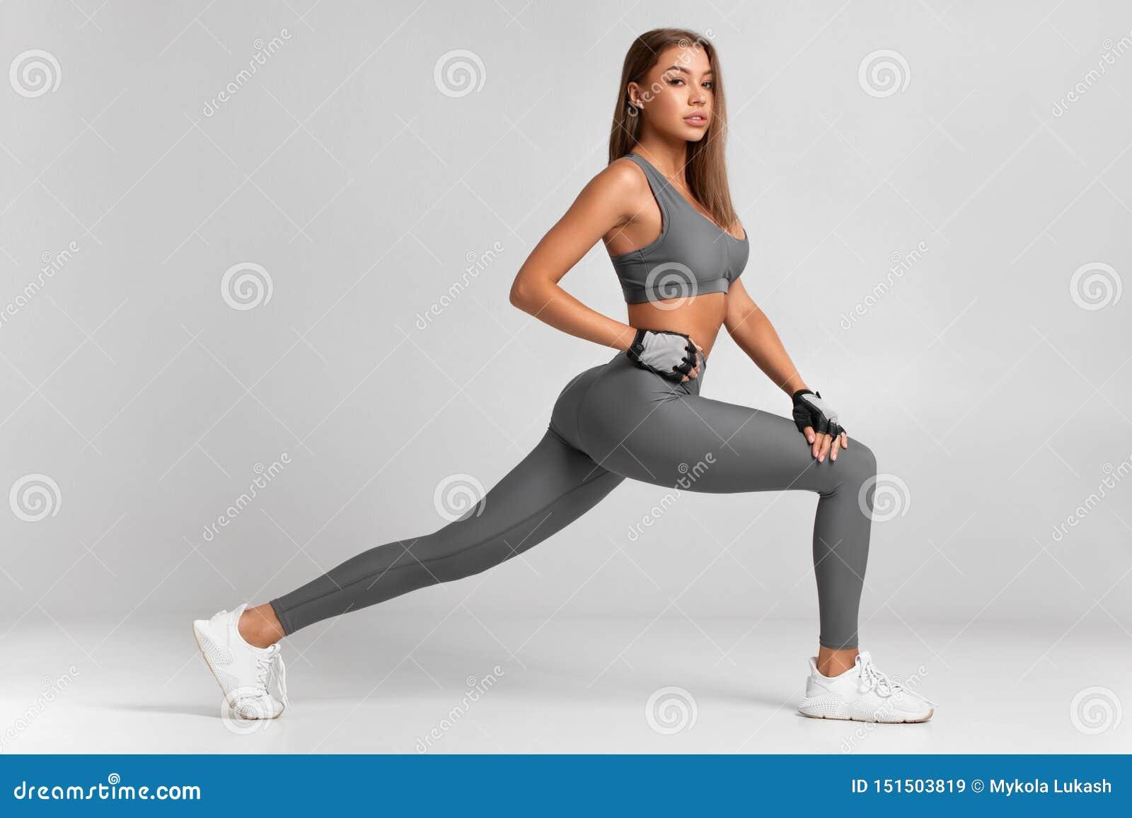 Mujer de la aptitud que hace los ejercicios de las estocadas para el entrenamiento del entrenamiento del m?sculo de la pierna Muc