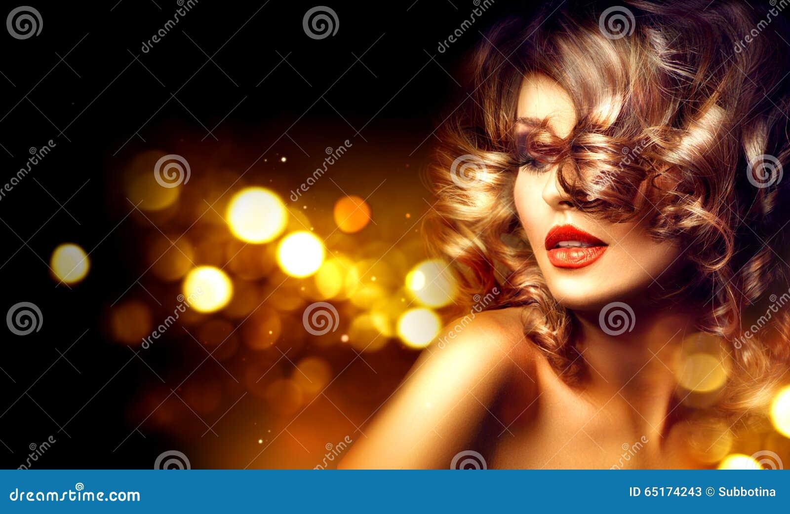 Mujer de la belleza con maquillaje hermoso y el peinado rizado