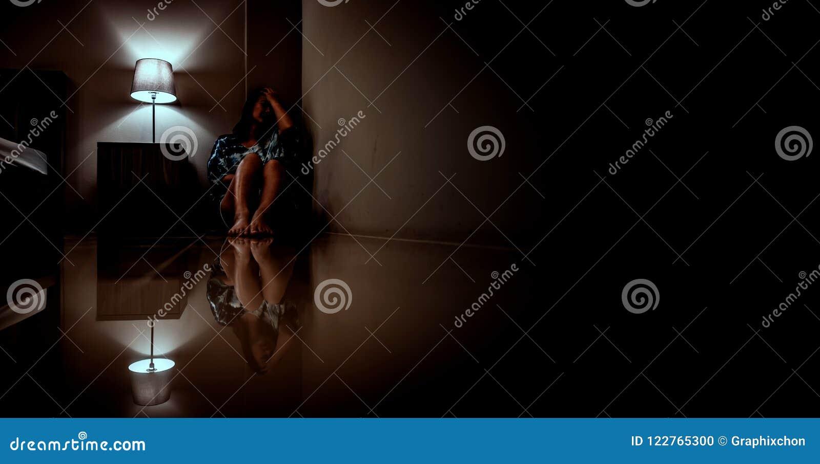 Mujer de la depresión solamente en el cuarto oscuro Problema de salud mental, PTSD