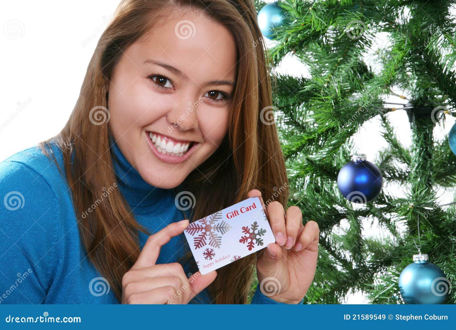 Mujer de la Navidad con la tarjeta del regalo