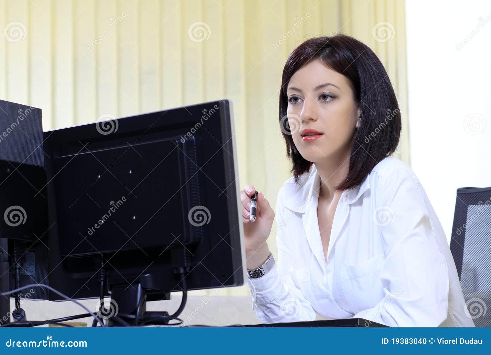 Mujer de la oficina en su escritorio
