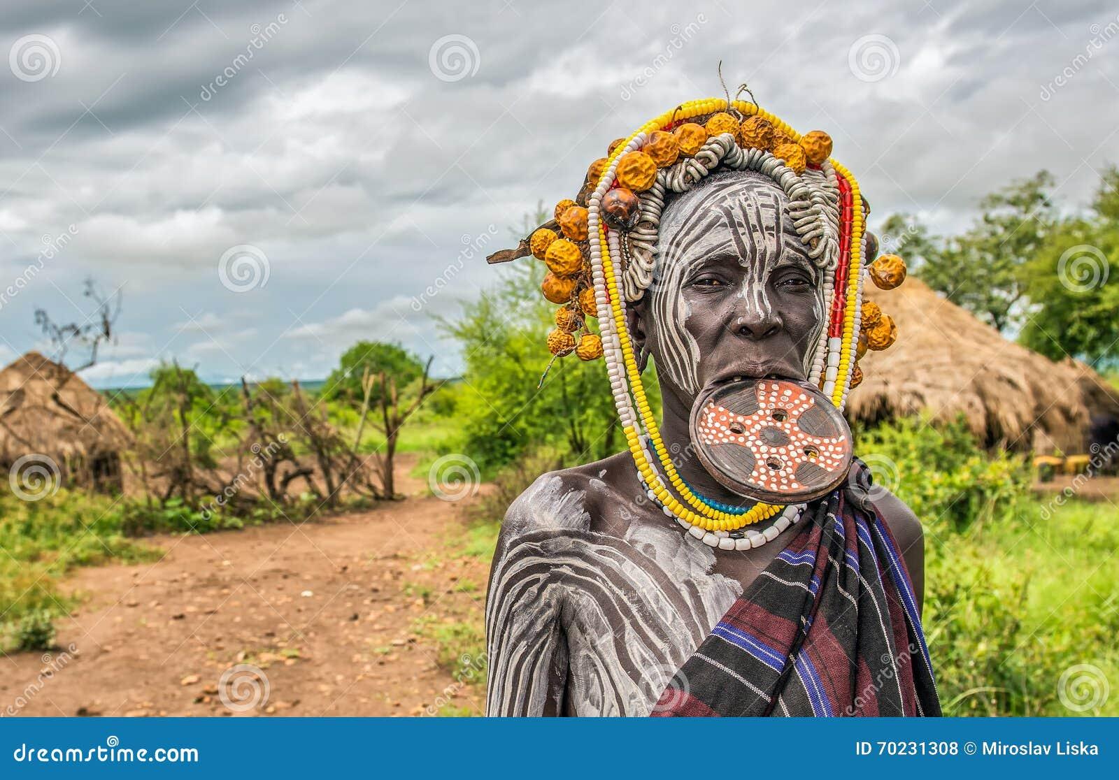 Mujer de la tribu africana Mursi, valle de Omo, Etiopía