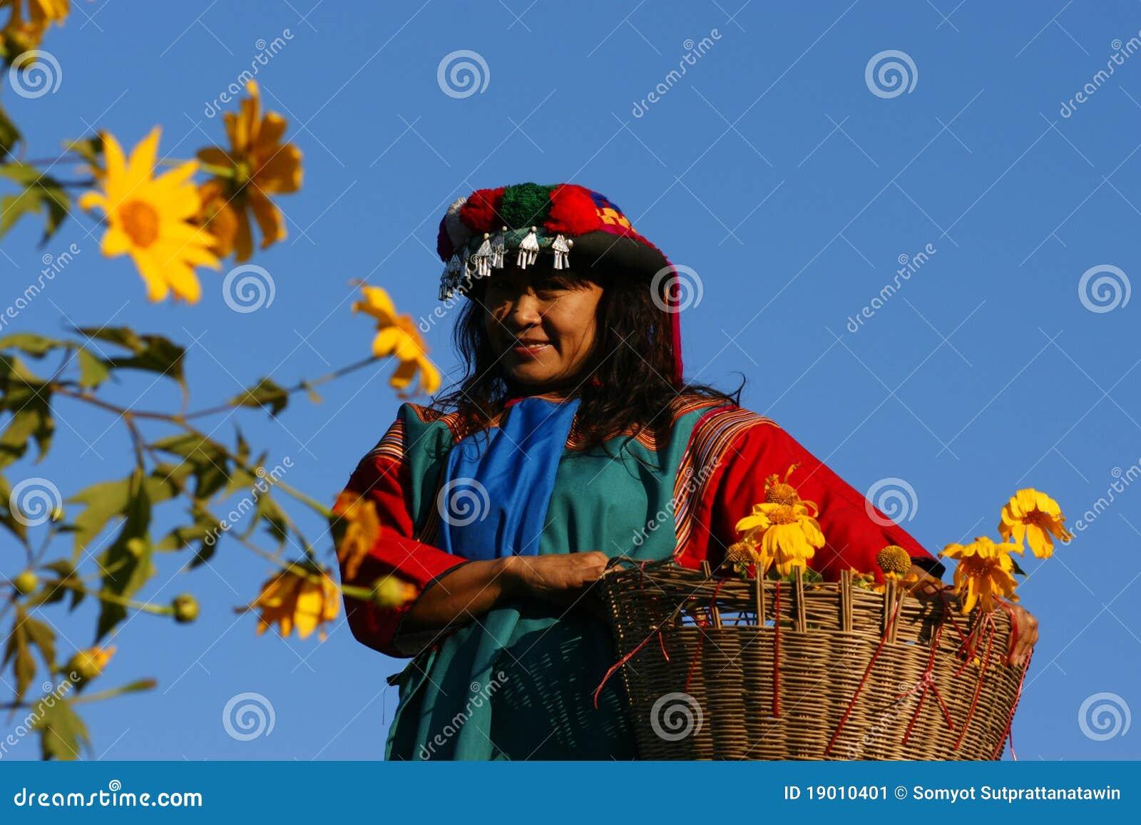 Mujer de la tribu de la colina de Lisu en traje