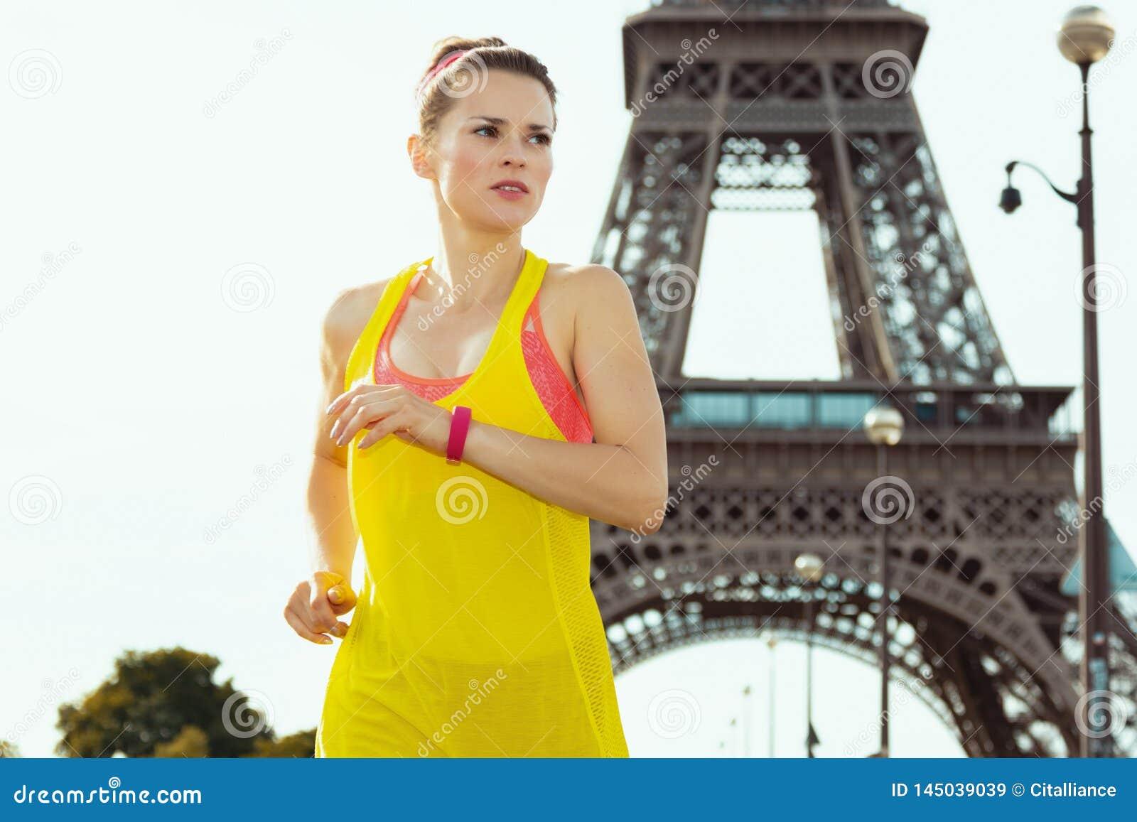 Mujer de los deportes no lejos de la torre Eiffel en el activar de París, Francia