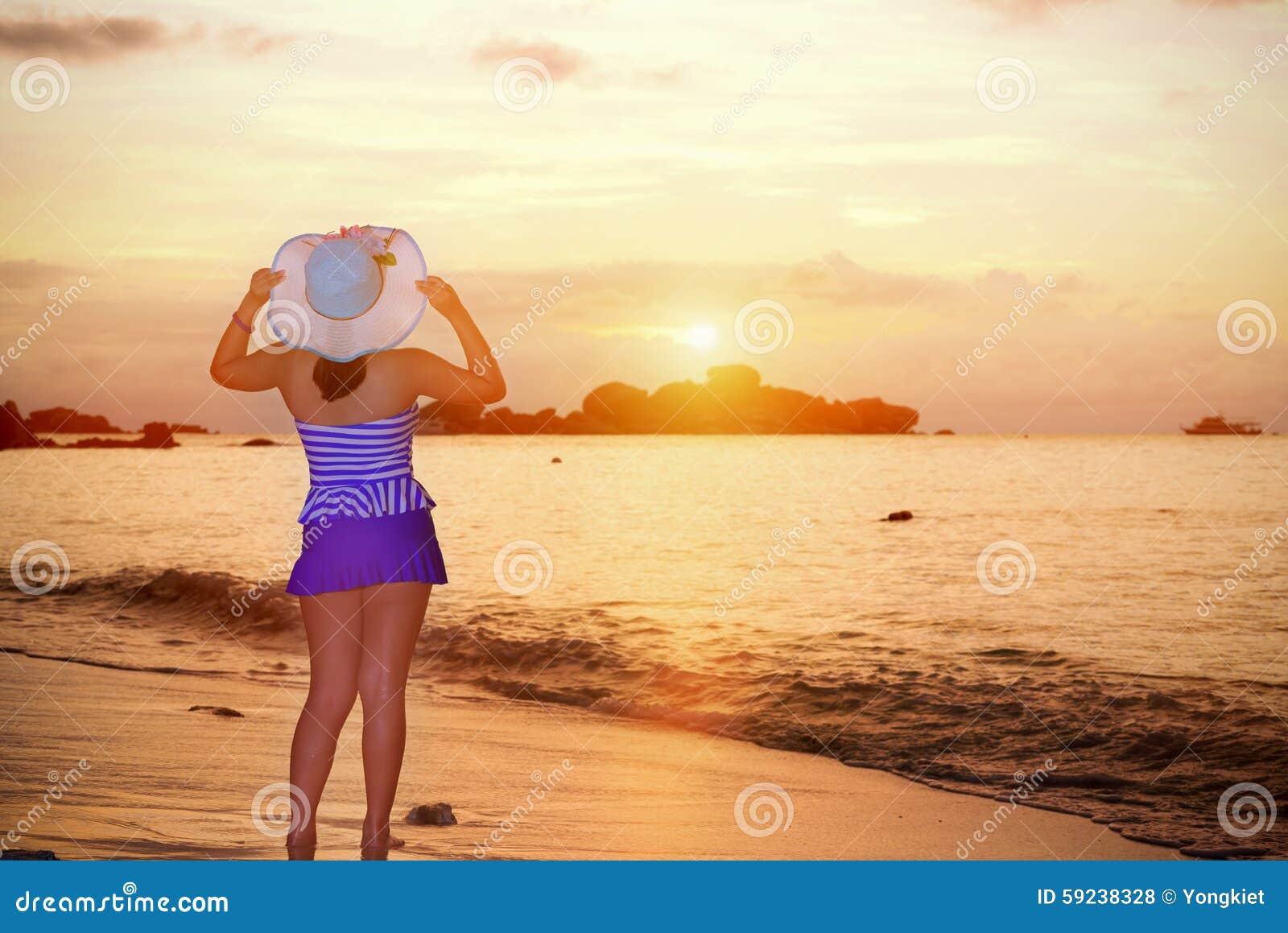 Download Mujer De Los Visitantes Que Mira La Salida Del Sol Sobre El Mar Foto de archivo - Imagen de looking, ocio: 59238328