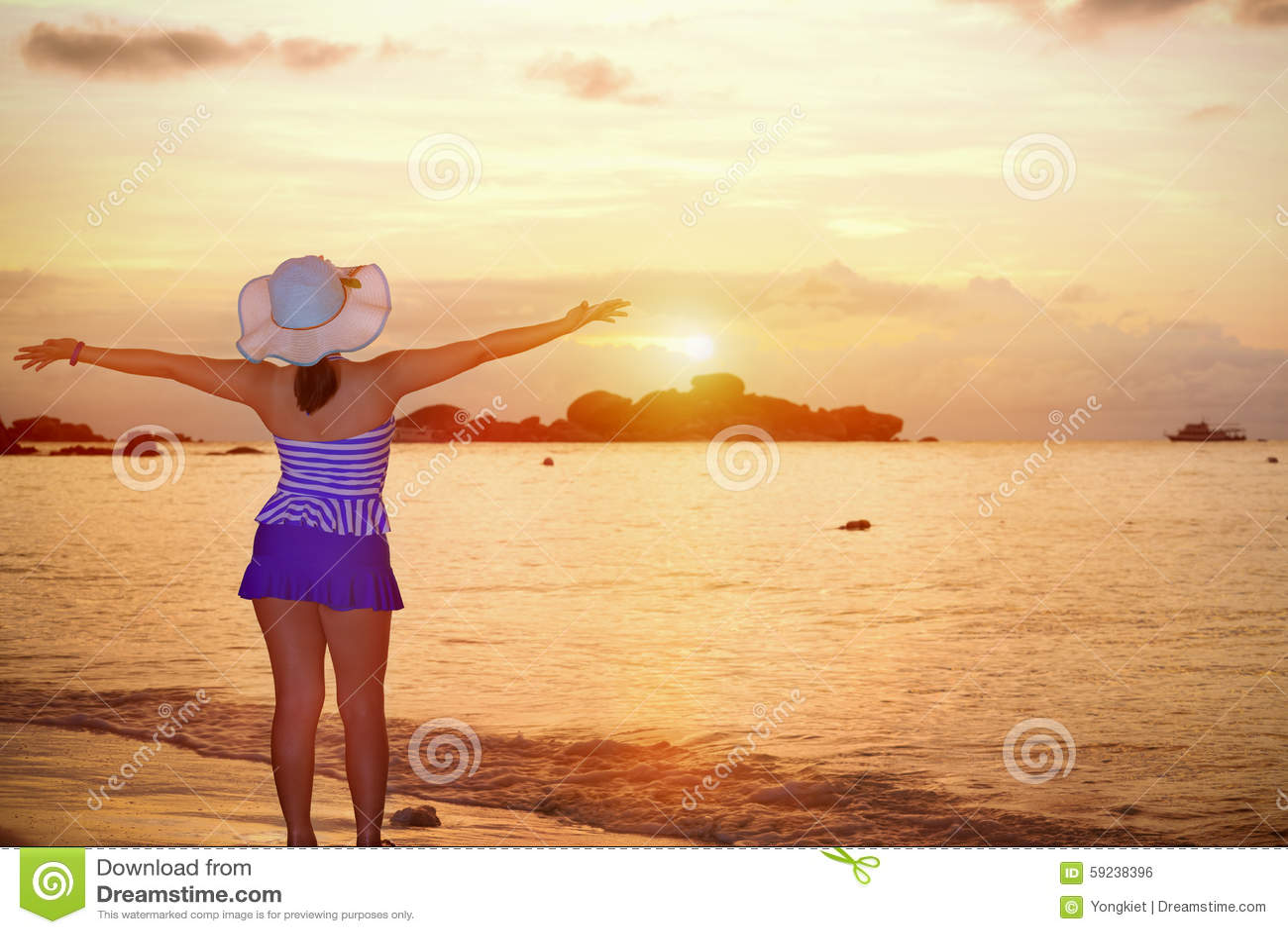 Download Mujer De Los Visitantes Que Mira La Salida Del Sol Sobre El Mar Foto de archivo - Imagen de verano, swimsuit: 59238396