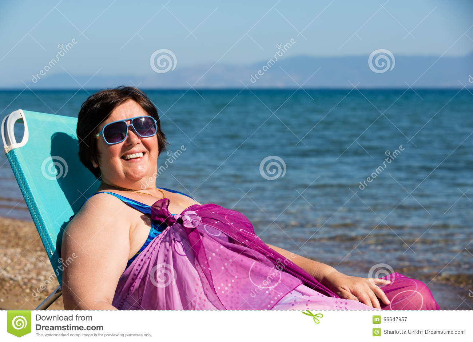 Mujer de mediana edad que descansa sobre el mar