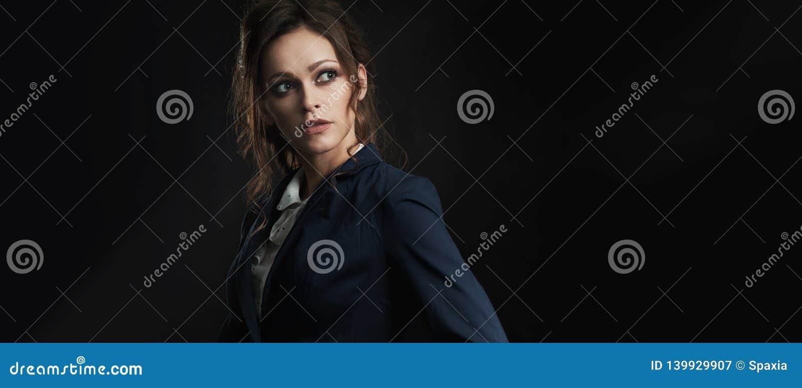 Mujer de moda con el pelo ondulado largo