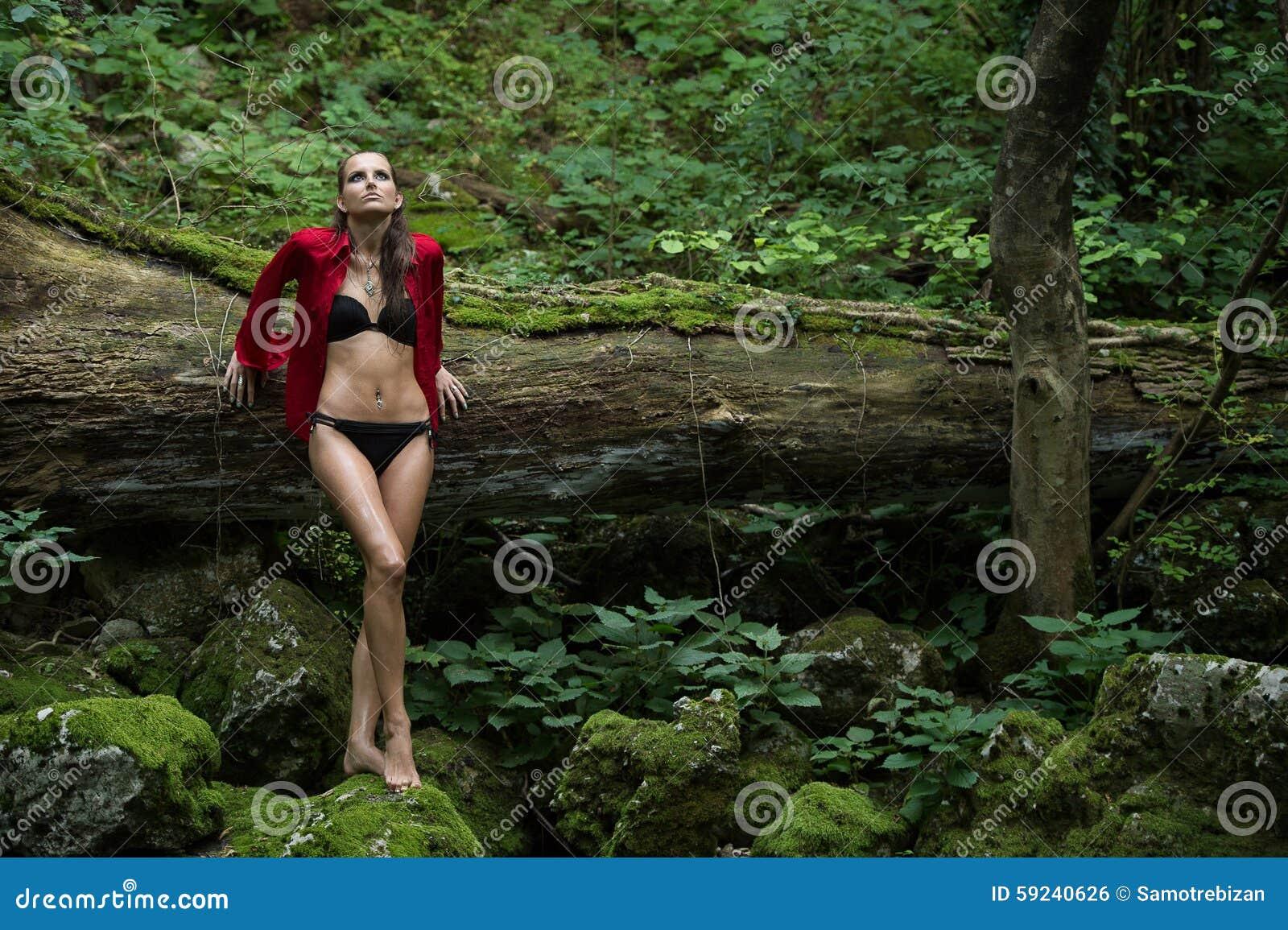 Download Mujer De Moda En Bosque Oscuro Cerca Del Río Foto de archivo - Imagen de leaning, claro: 59240626