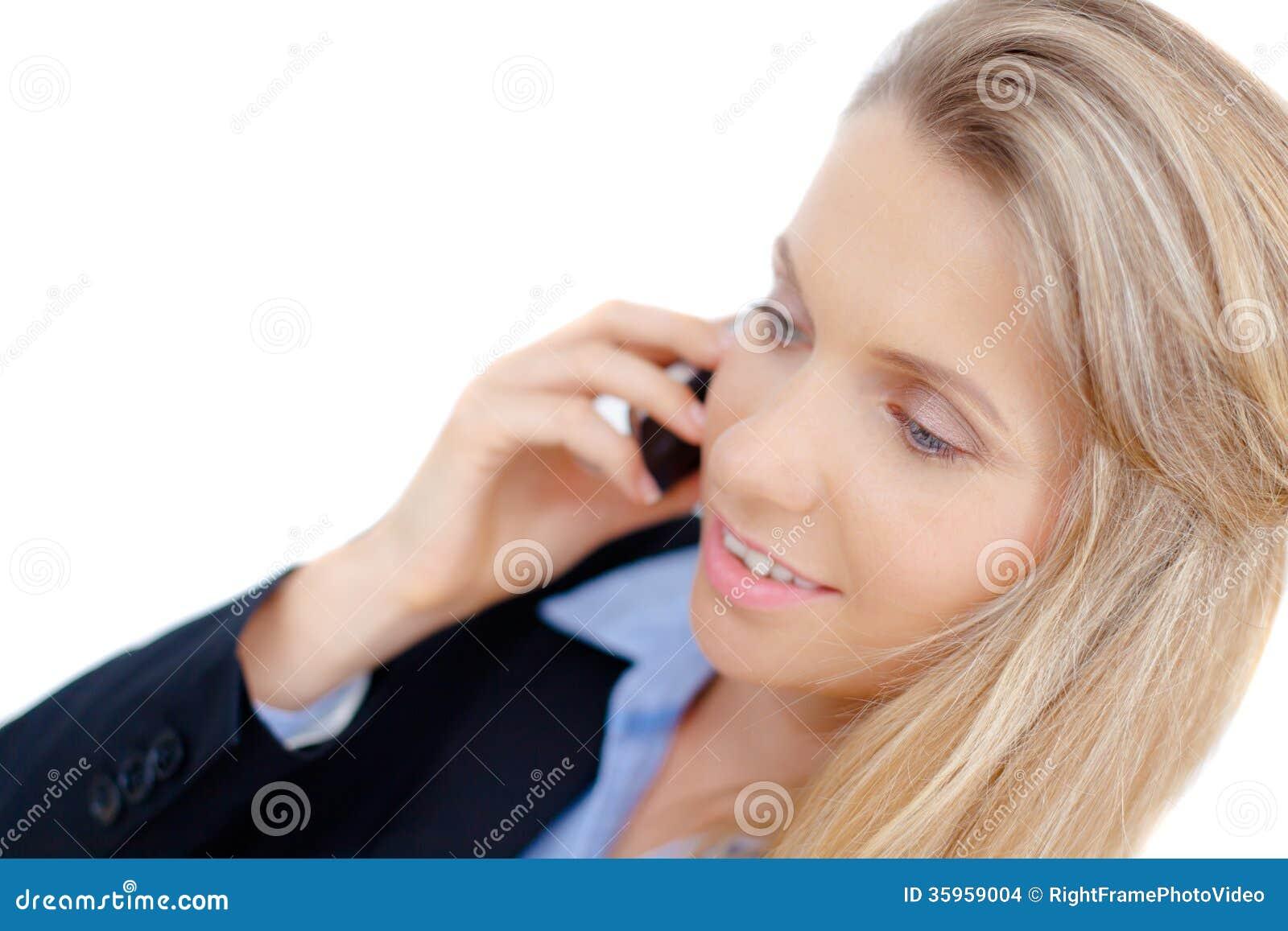 Mujer de negocios acertada que habla en el teléfono