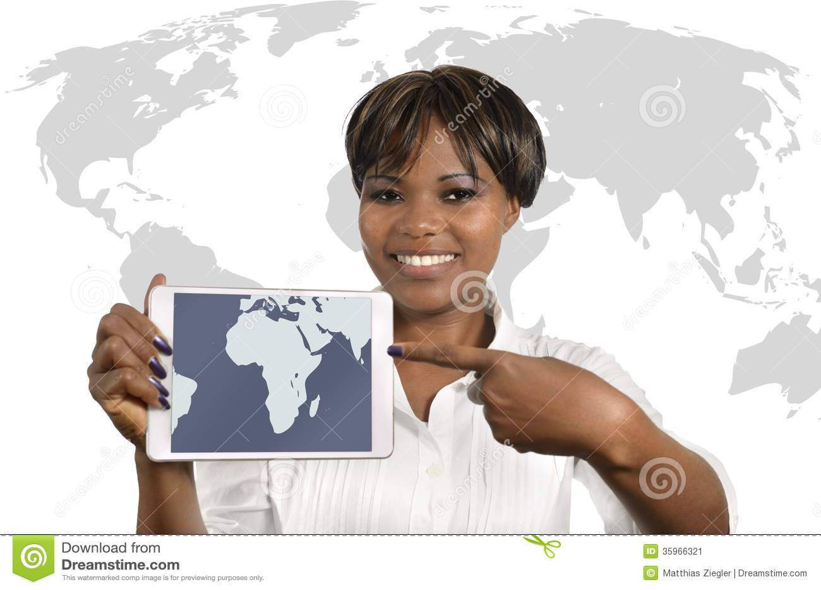 Mujer de negocios africana con la tableta