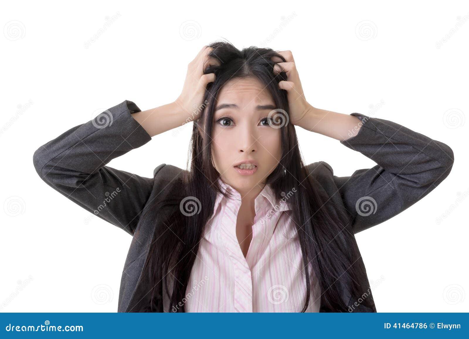 Mujer de negocios asiática confusa