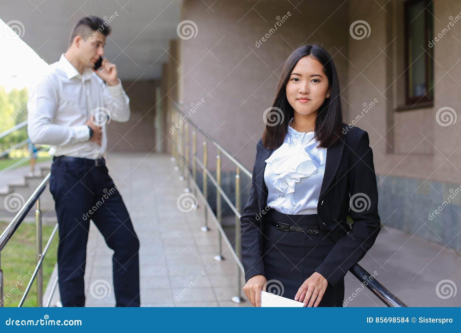 03e3e1130 Mujer De Negocios Asiática Encantadora Joven, Mirada Femenina Del ...